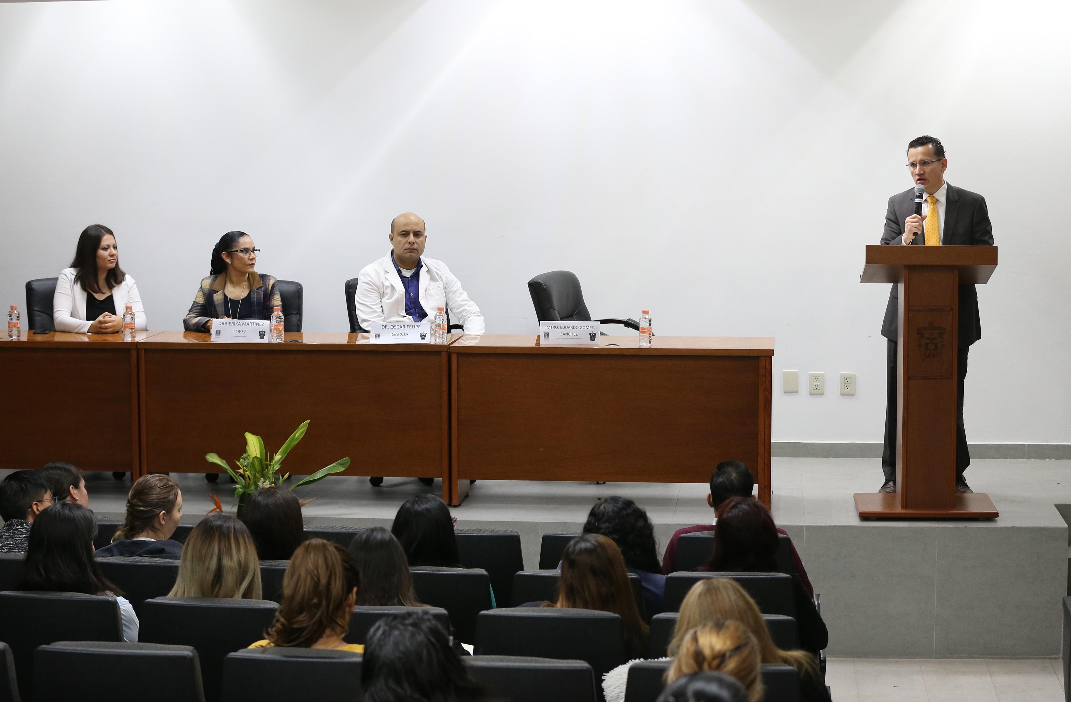 Dr. Eduardo Gómez en el podium, a su costado los miembros del presídium