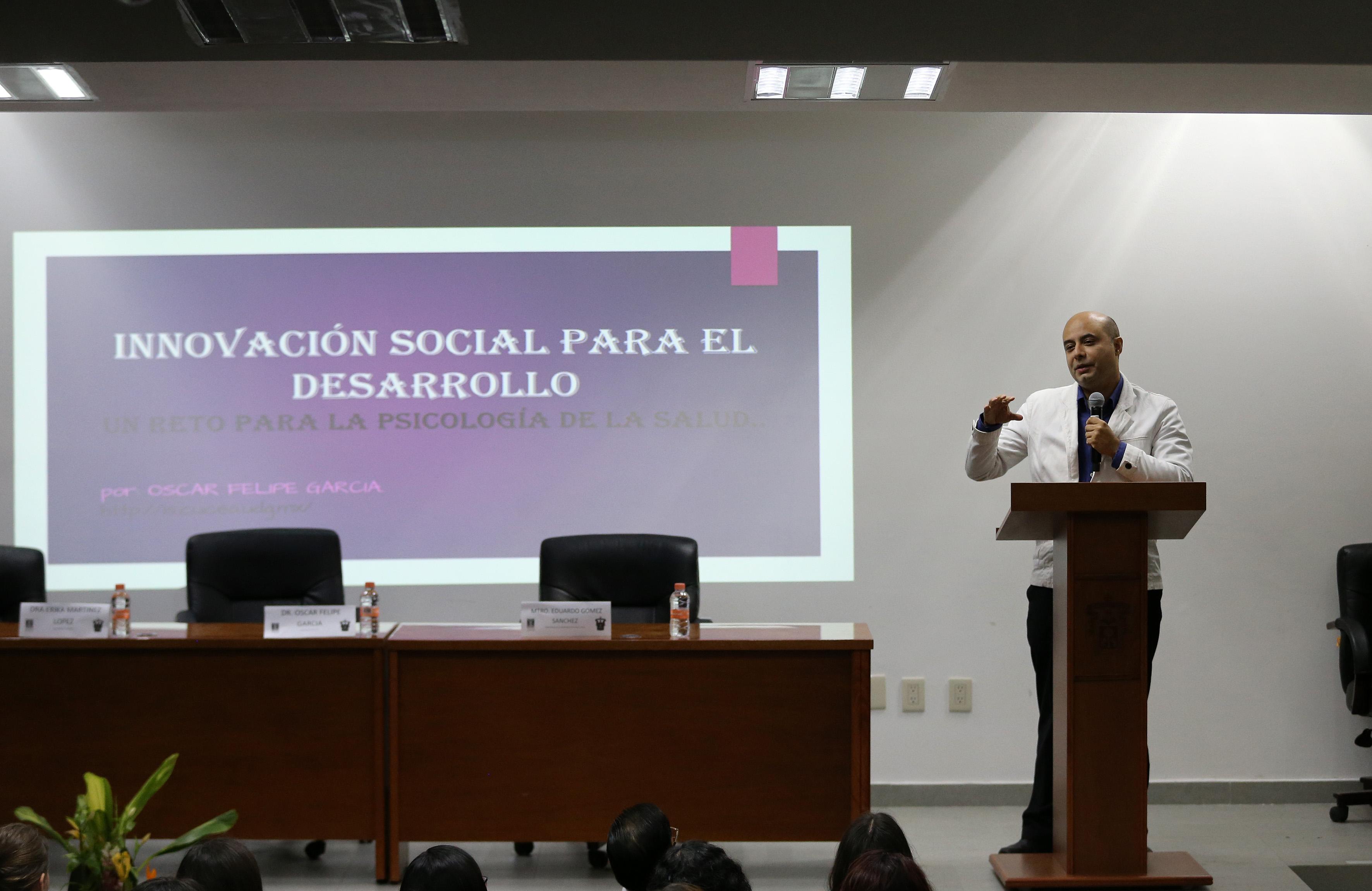 Dr. Óscar Felipe García, impartiendo conferencia