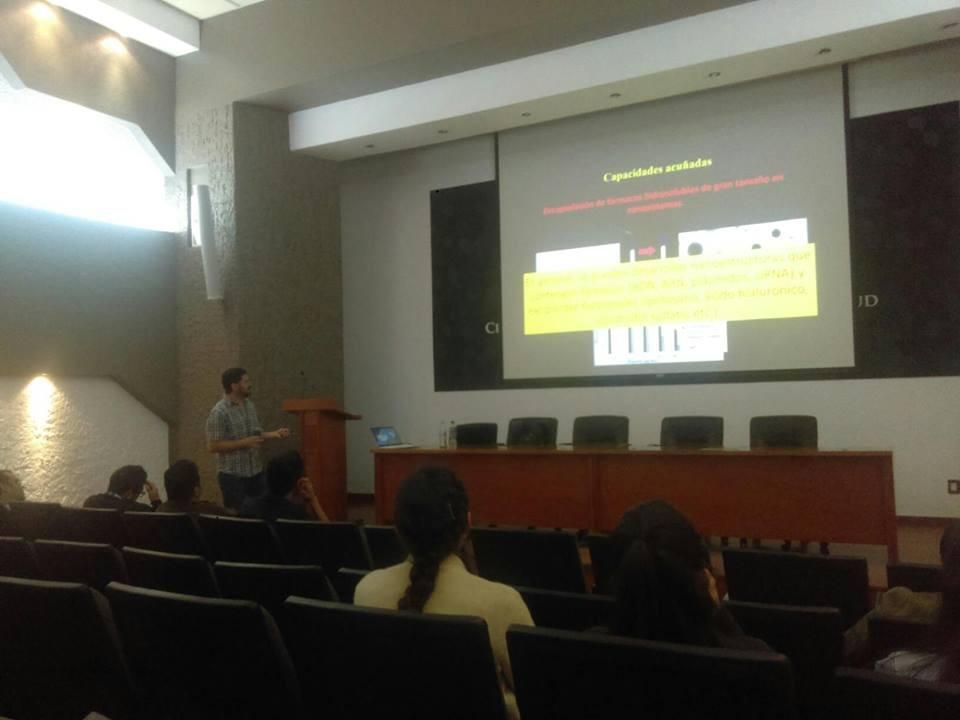 Investigador chileno impartiendo conferencia. Toma de lado
