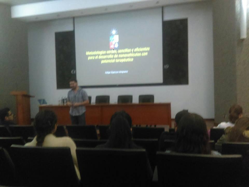 Investigador chileno impartiendo conferencia