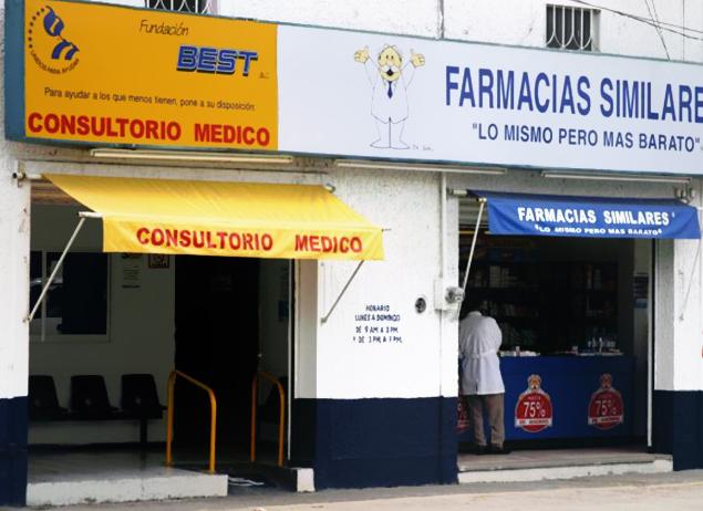 Fachada de una farmacia con un consultorio médico al lado