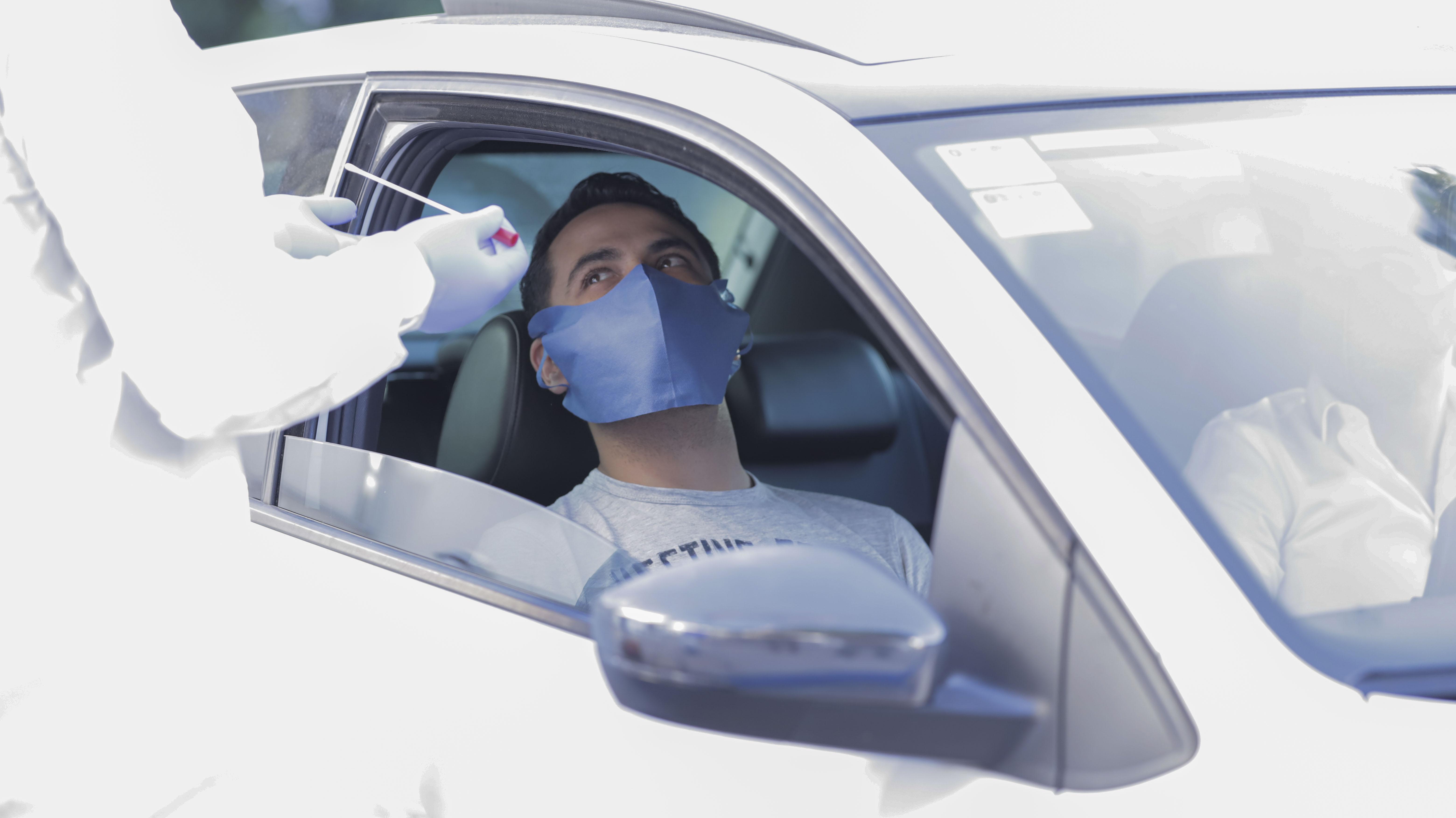 paciente propociona muestras desde su auto