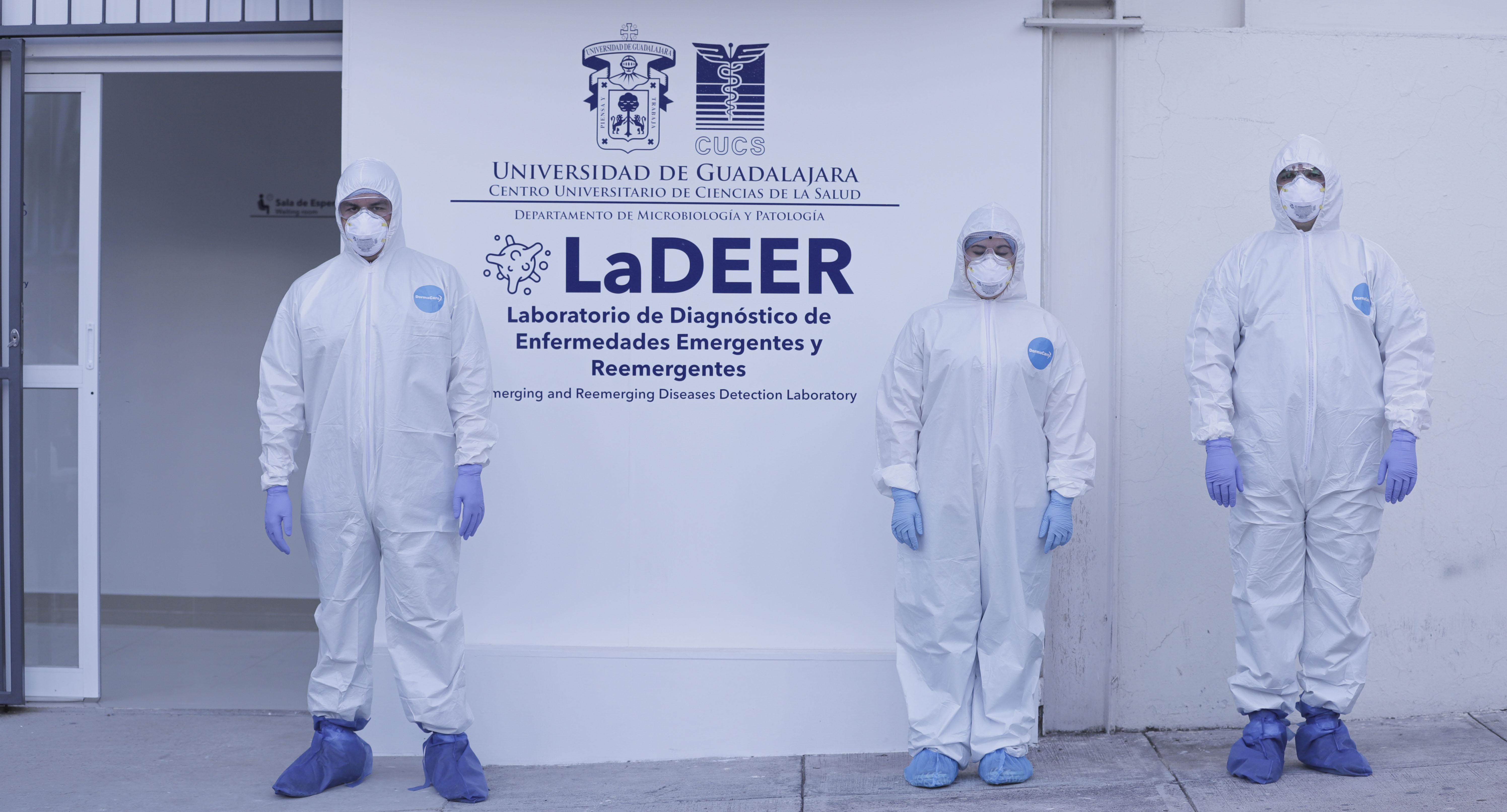 Medicos con traje especial afuera del laboratorio