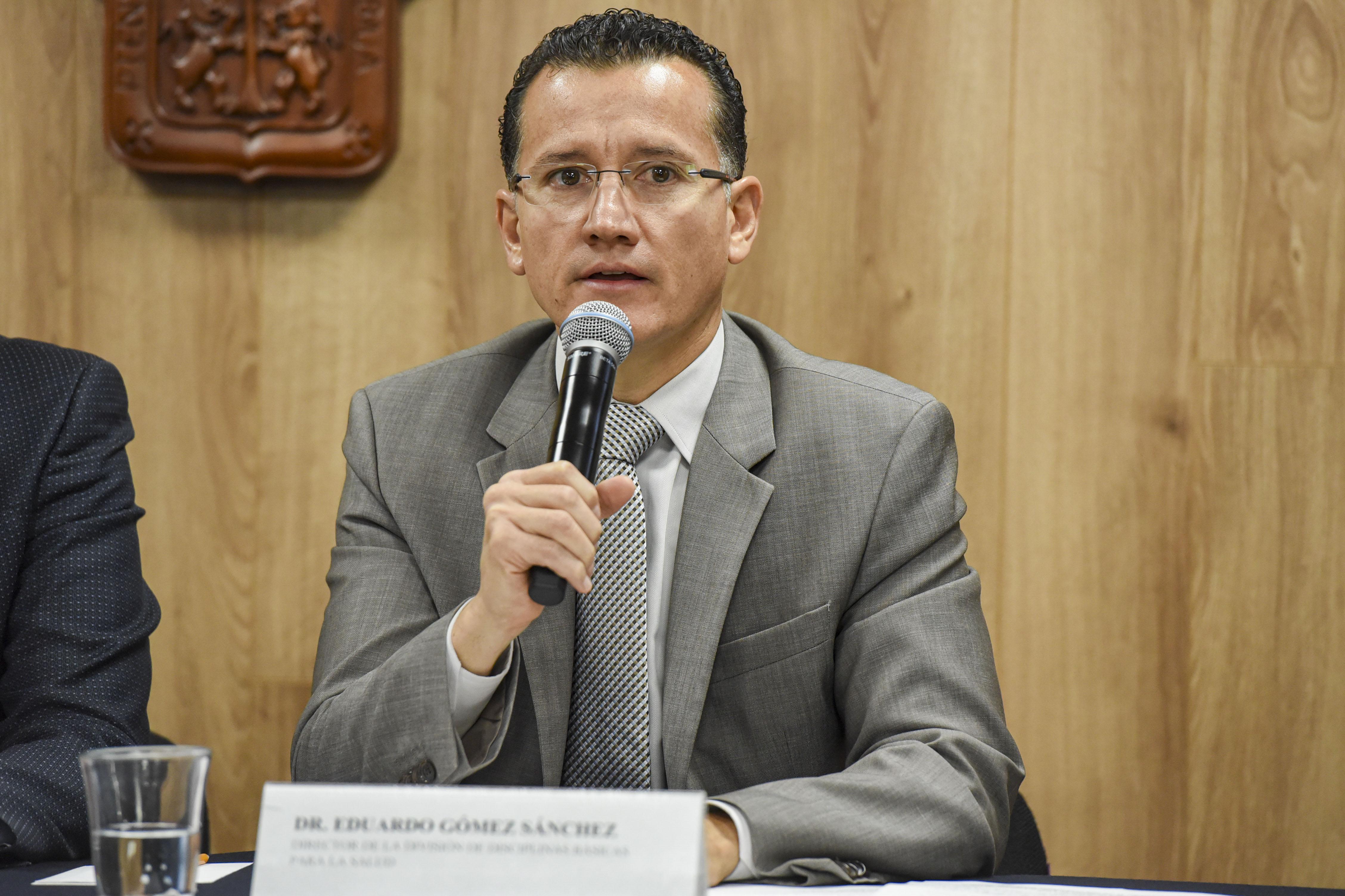 Director División Disciplinas Clínicas haciendo uso del micrófono durante rueda de prensa