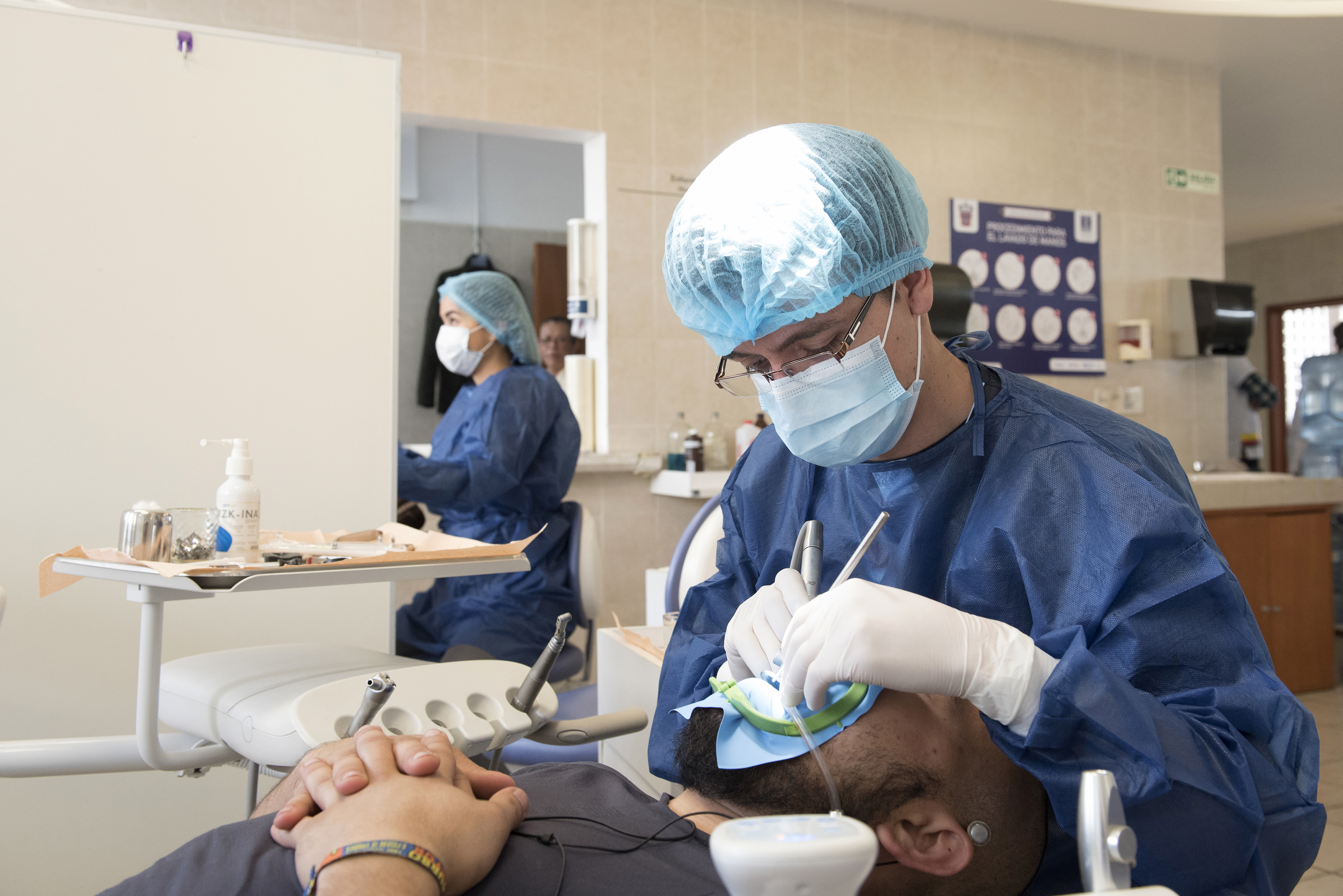Odontólogo 2 revisando a un paciente