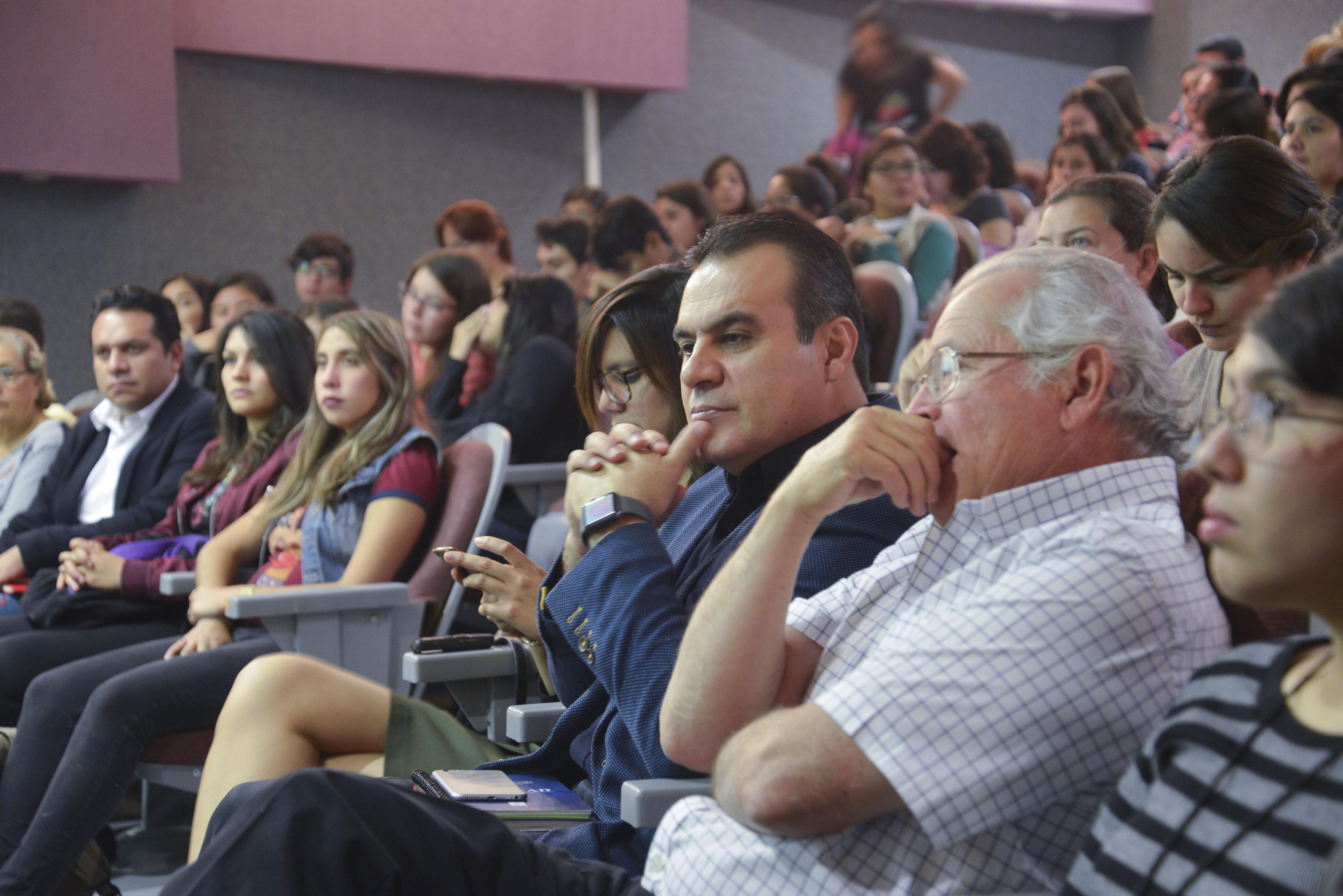 Directivos y académicos durante la conferencia