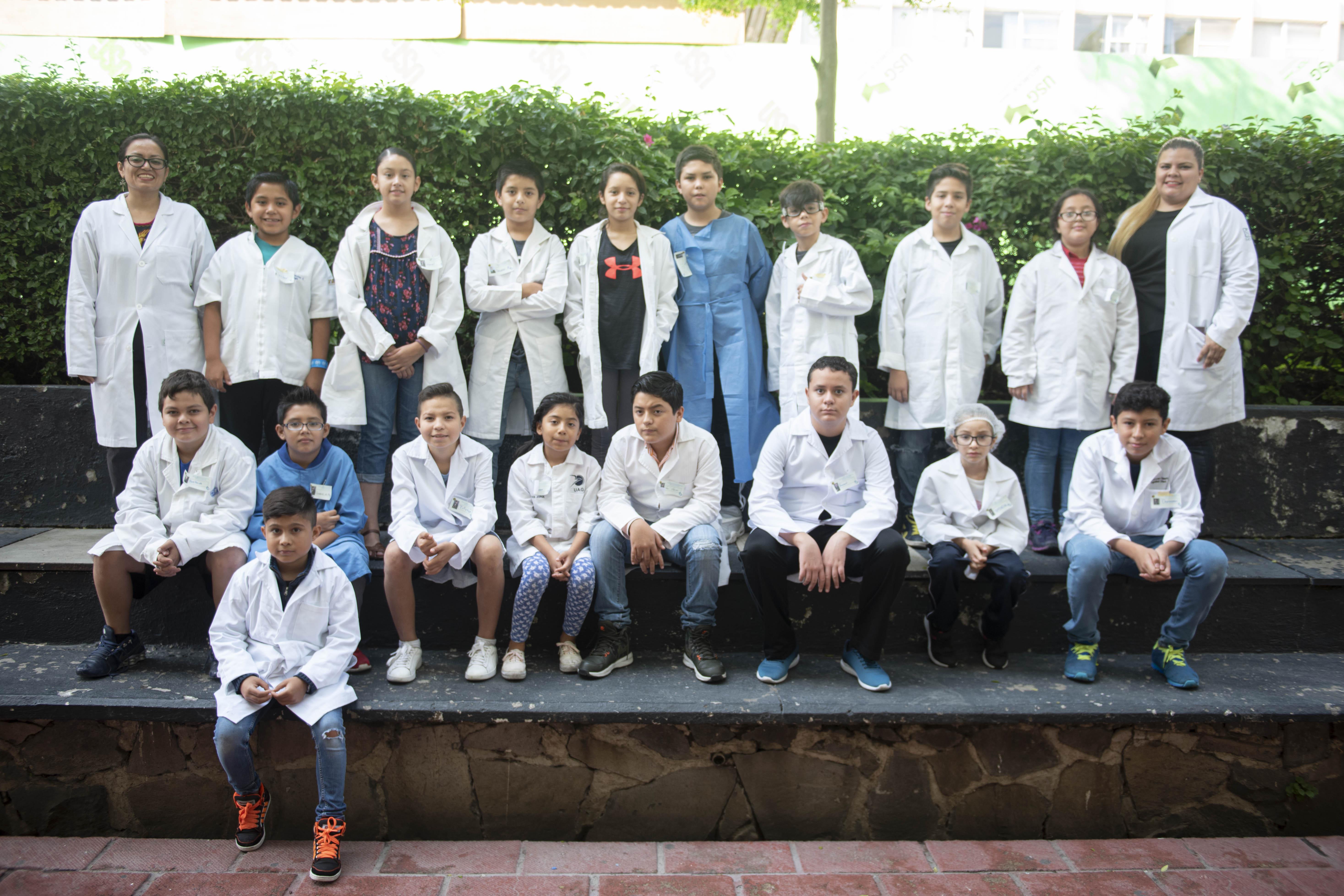 Foto grupal de niños con altas capacidades que visitaron el laboratorio