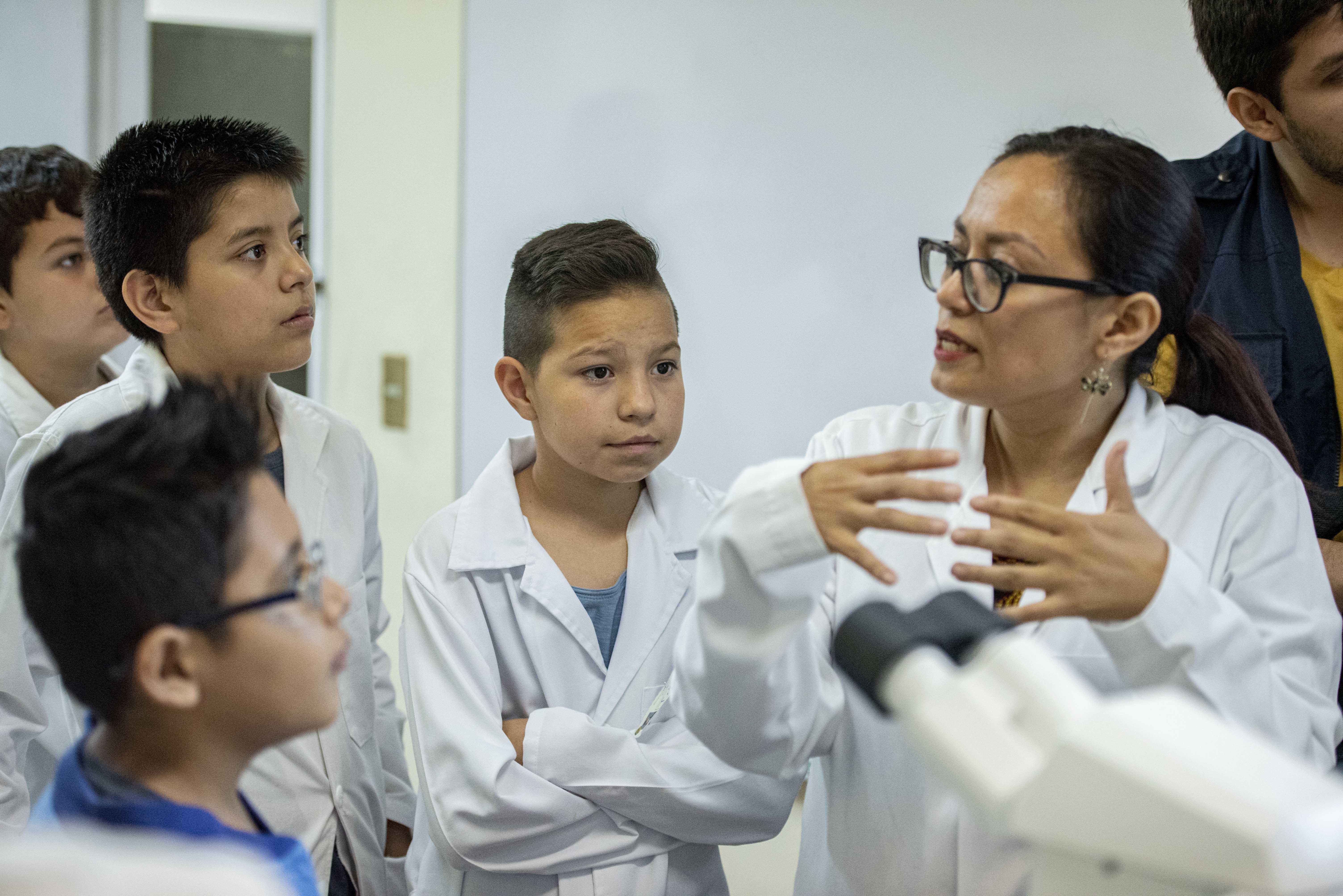Niños con altas capacidades escuchando explicación de investigadora del CUCS
