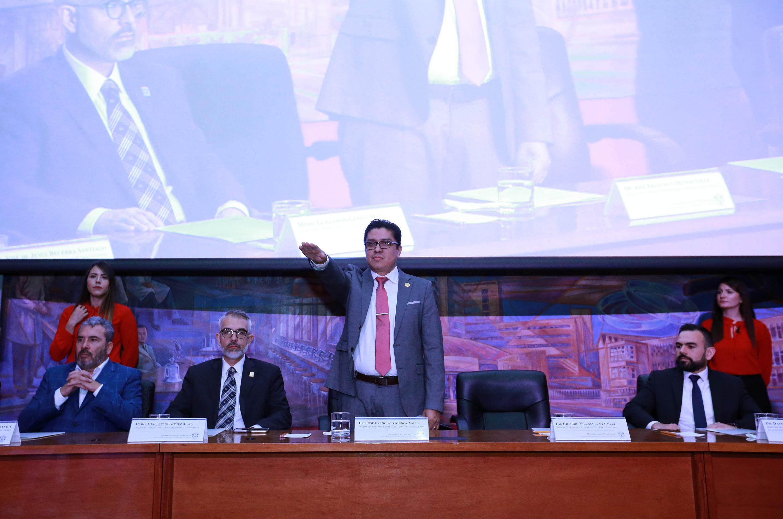 Dr. José Francisco Muñoz Valle extendiendo el brazo en su toma de protesta