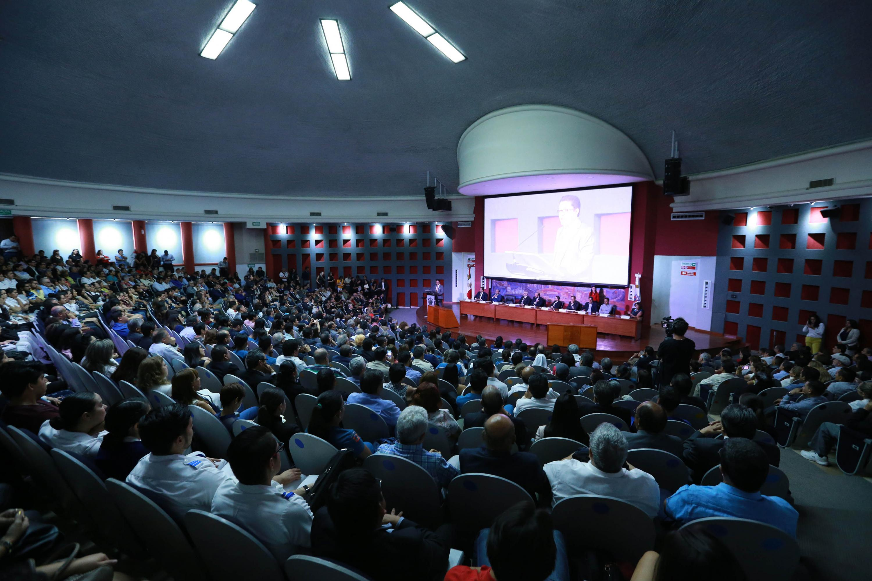 Vista general del auditorio que luce a lleno total durante la ceremonia de toma de protesta