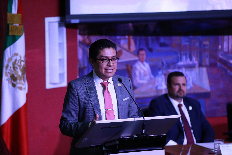 Dr. José Francisco Muñoz Valle ofreciendo discurso en el pódium