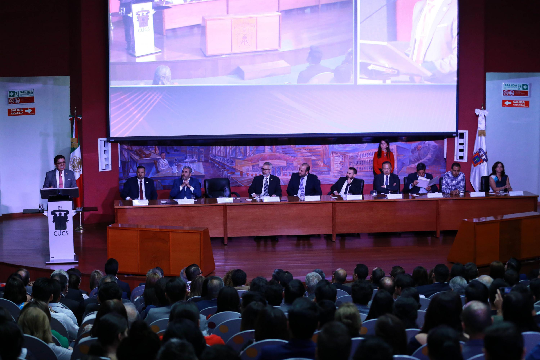 Miembros del presídium, al fondo el Dr. Muñoz Valle en el pódium