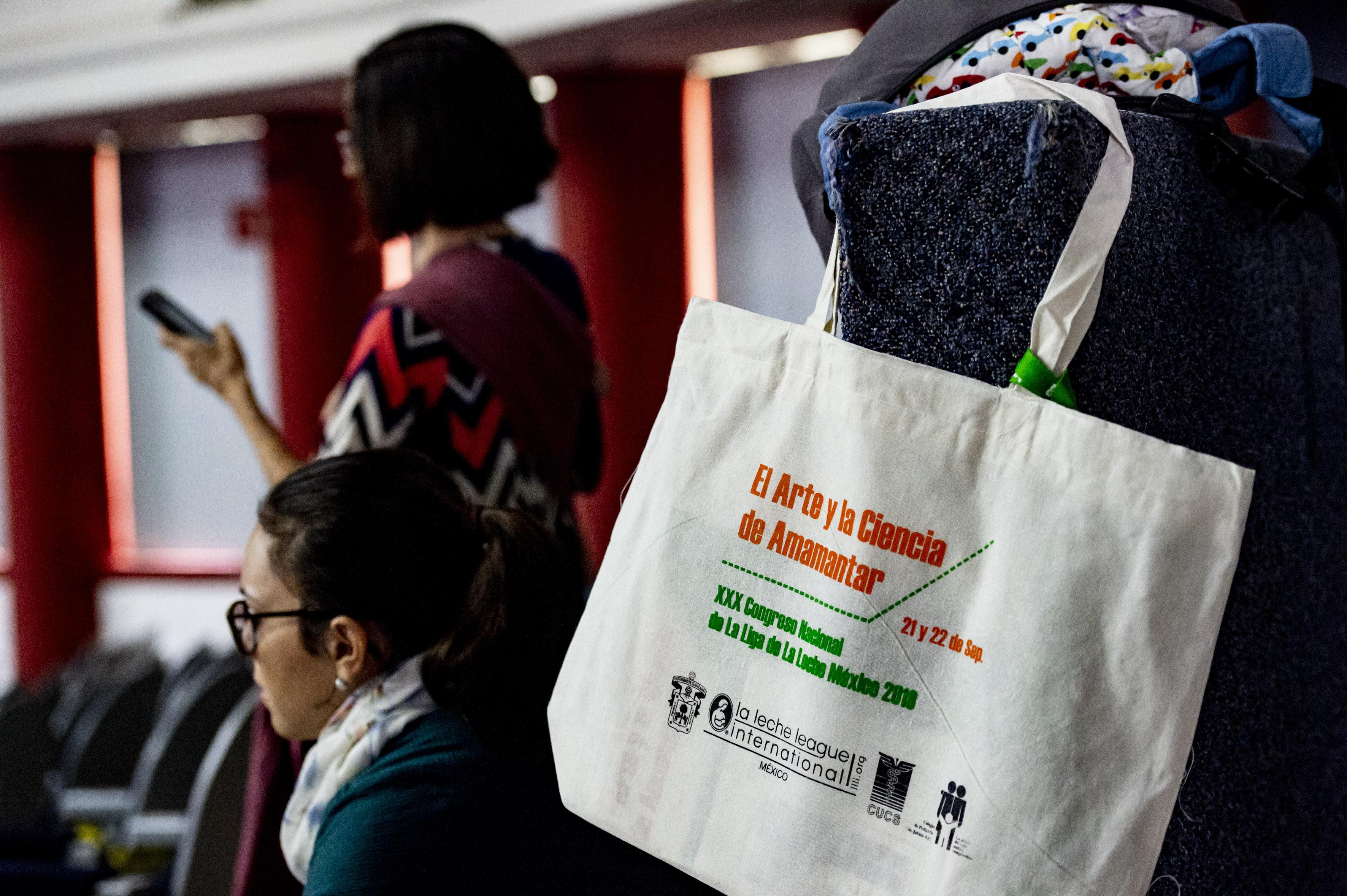 Bolsa de mujer con publicidad sobre el Congreso de la Liga de la Leche
