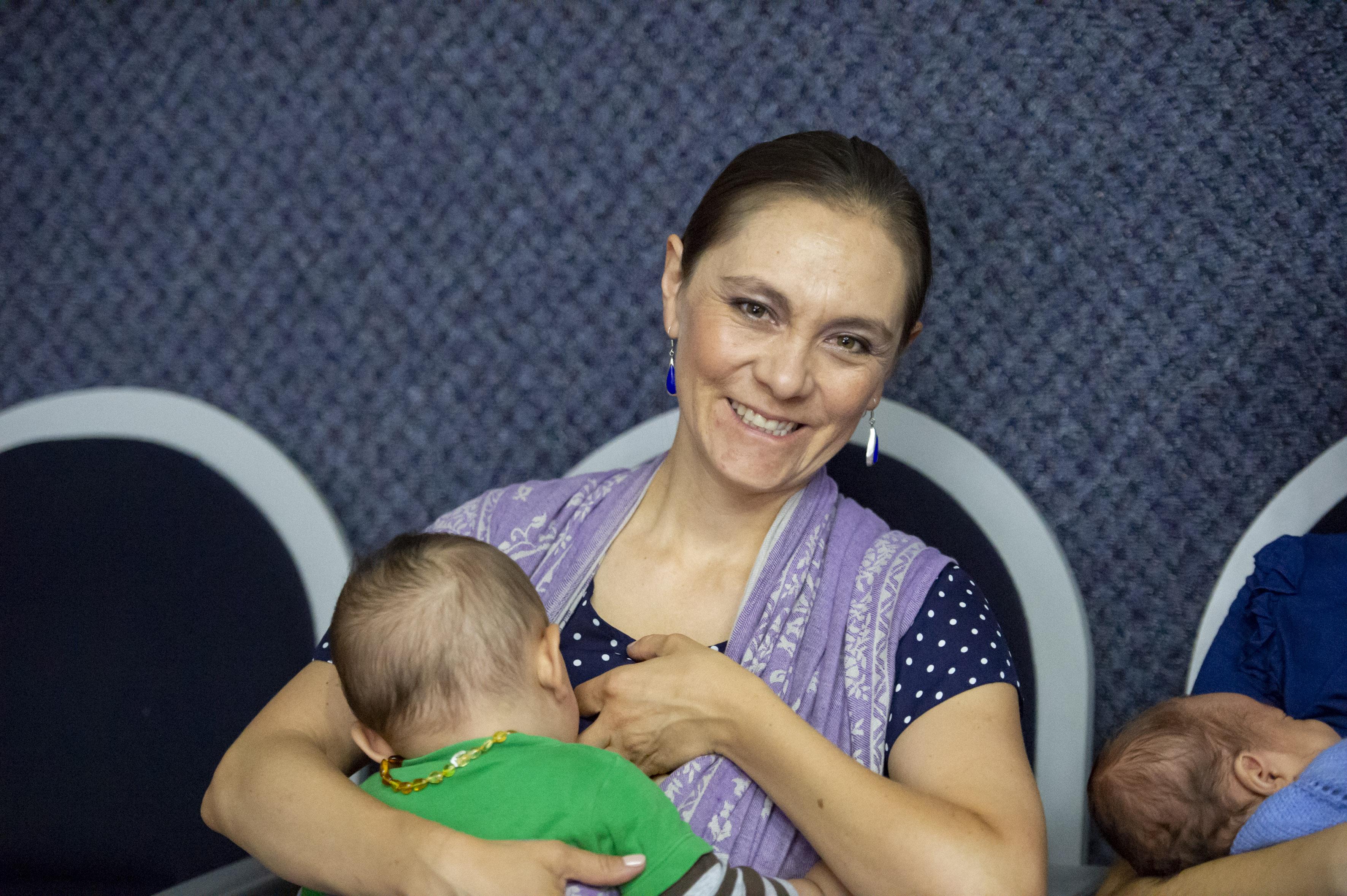 Mamá asistente al Congreso lactando a su hijo