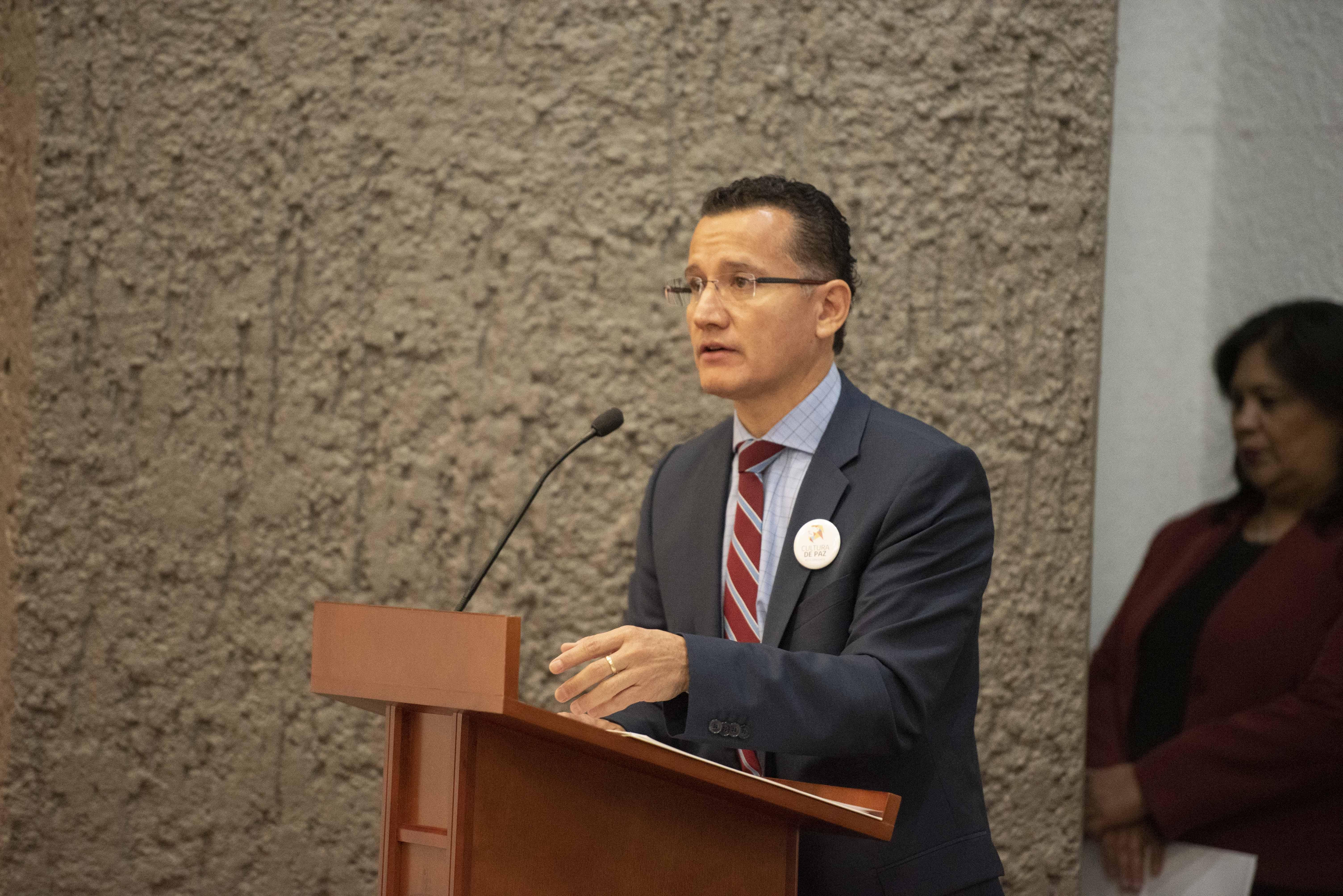 Director División Disciplinas Básicas ofreciendo mensaje en el pódium
