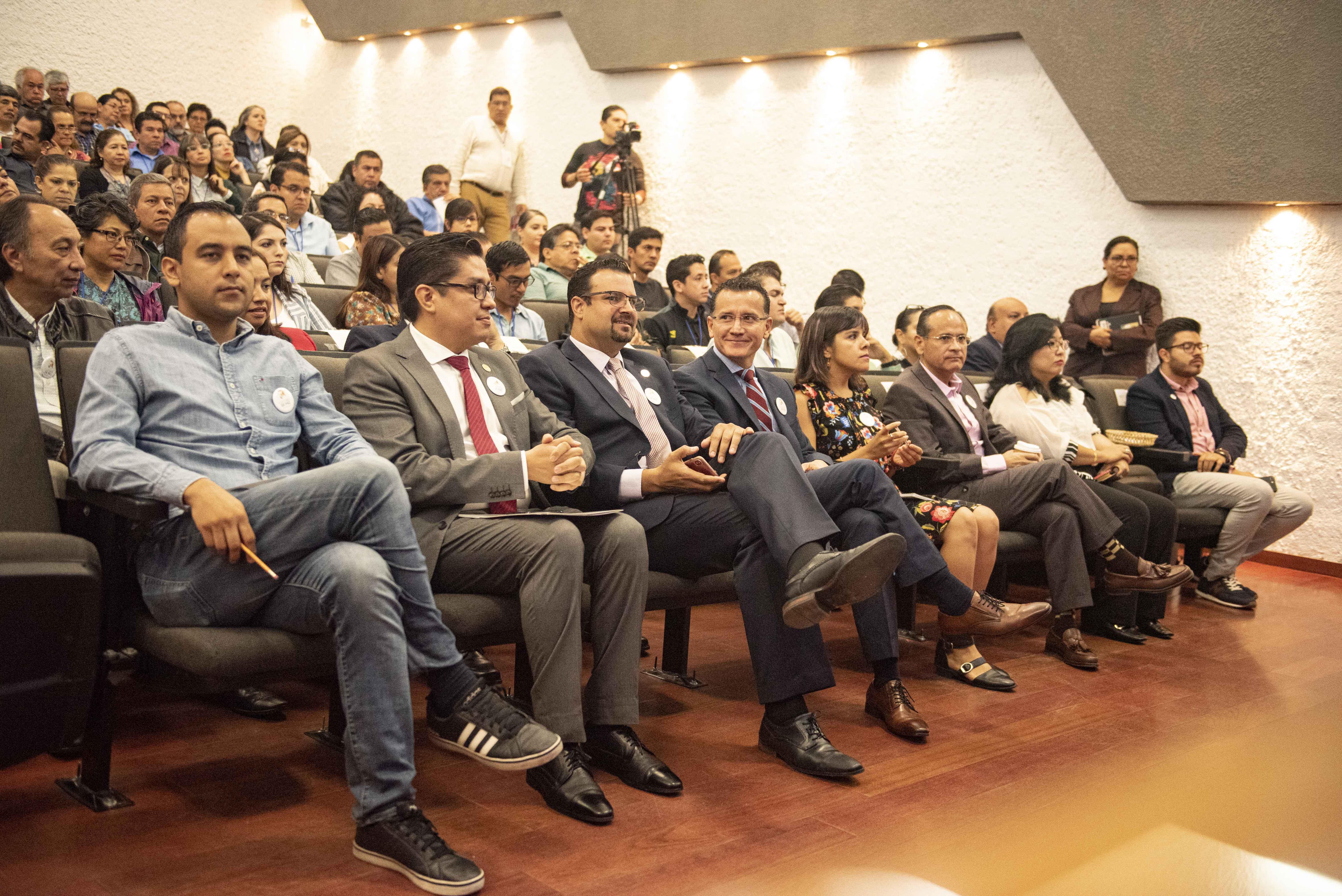 Fotografía general del auditorio que luce a lleno total
