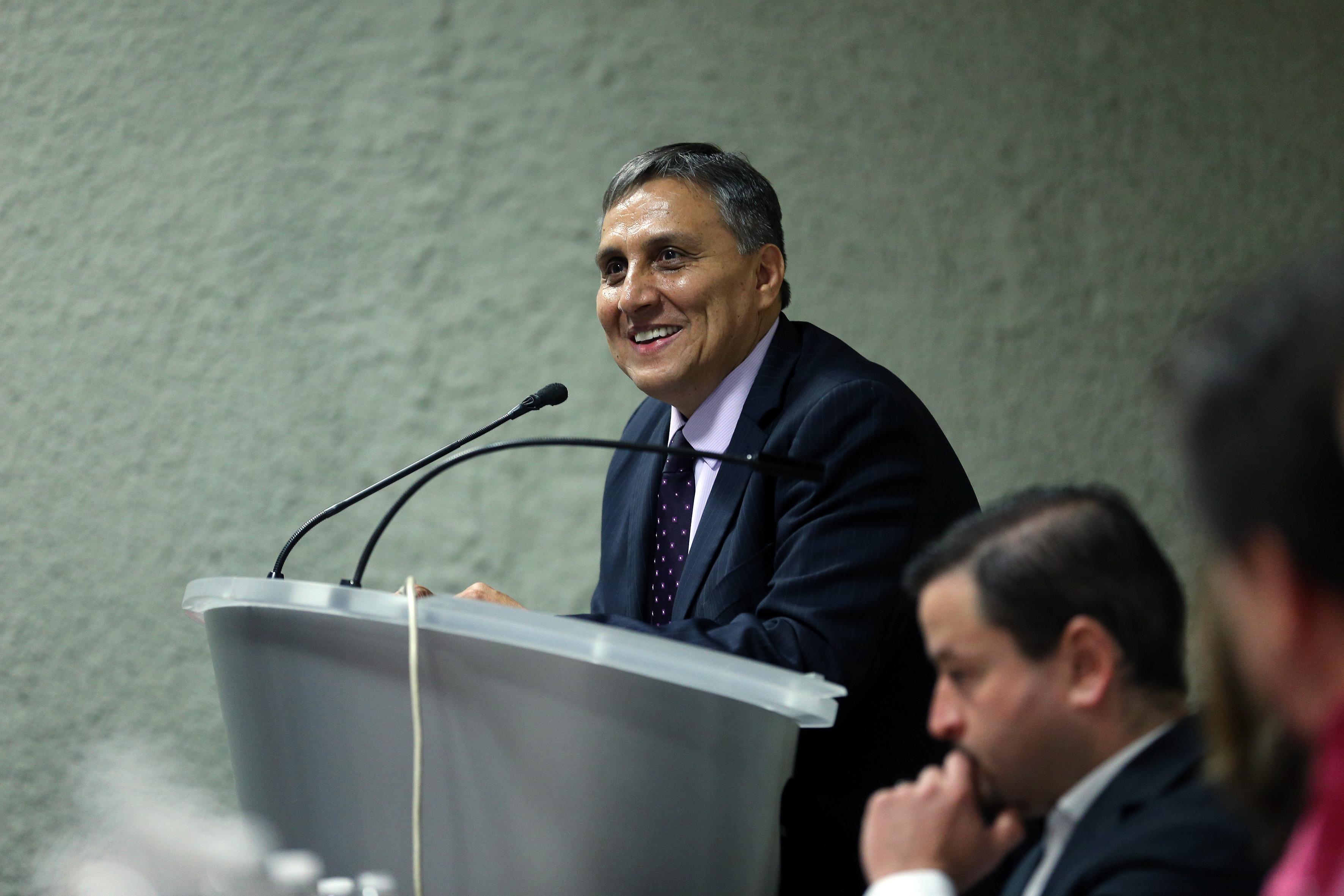 Dr Guillermo Aréchiga haciendo uso de la voz en podium