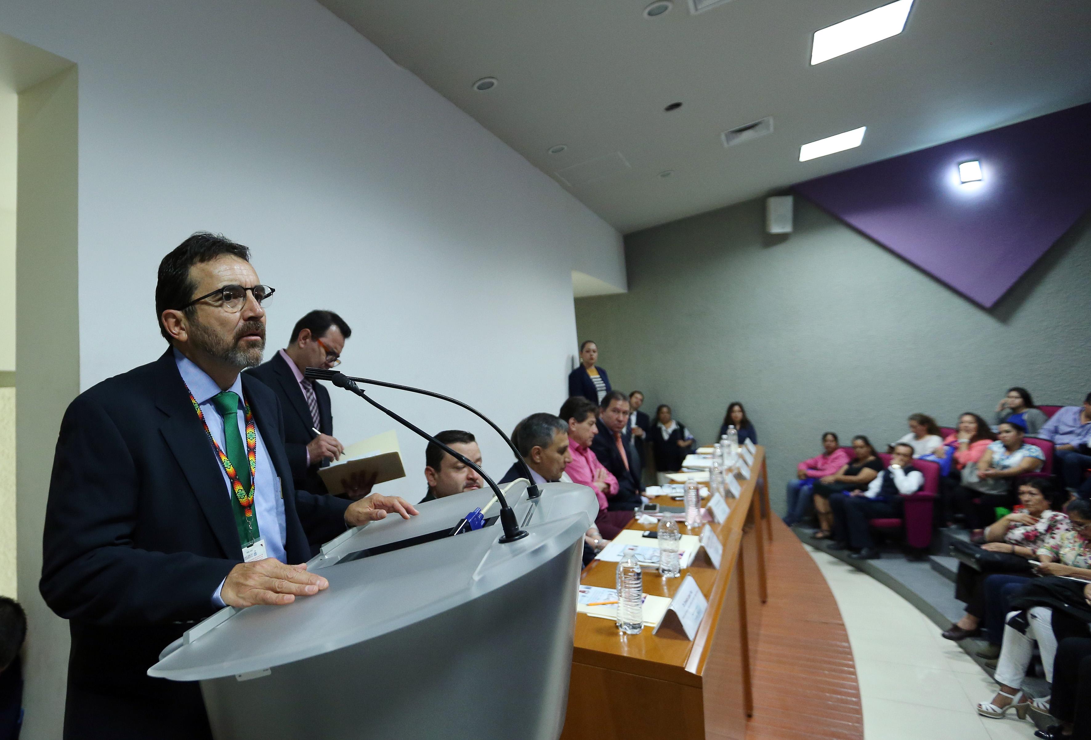 Dr Miguel Ángel Vandik haciendo uso de la voz en podium