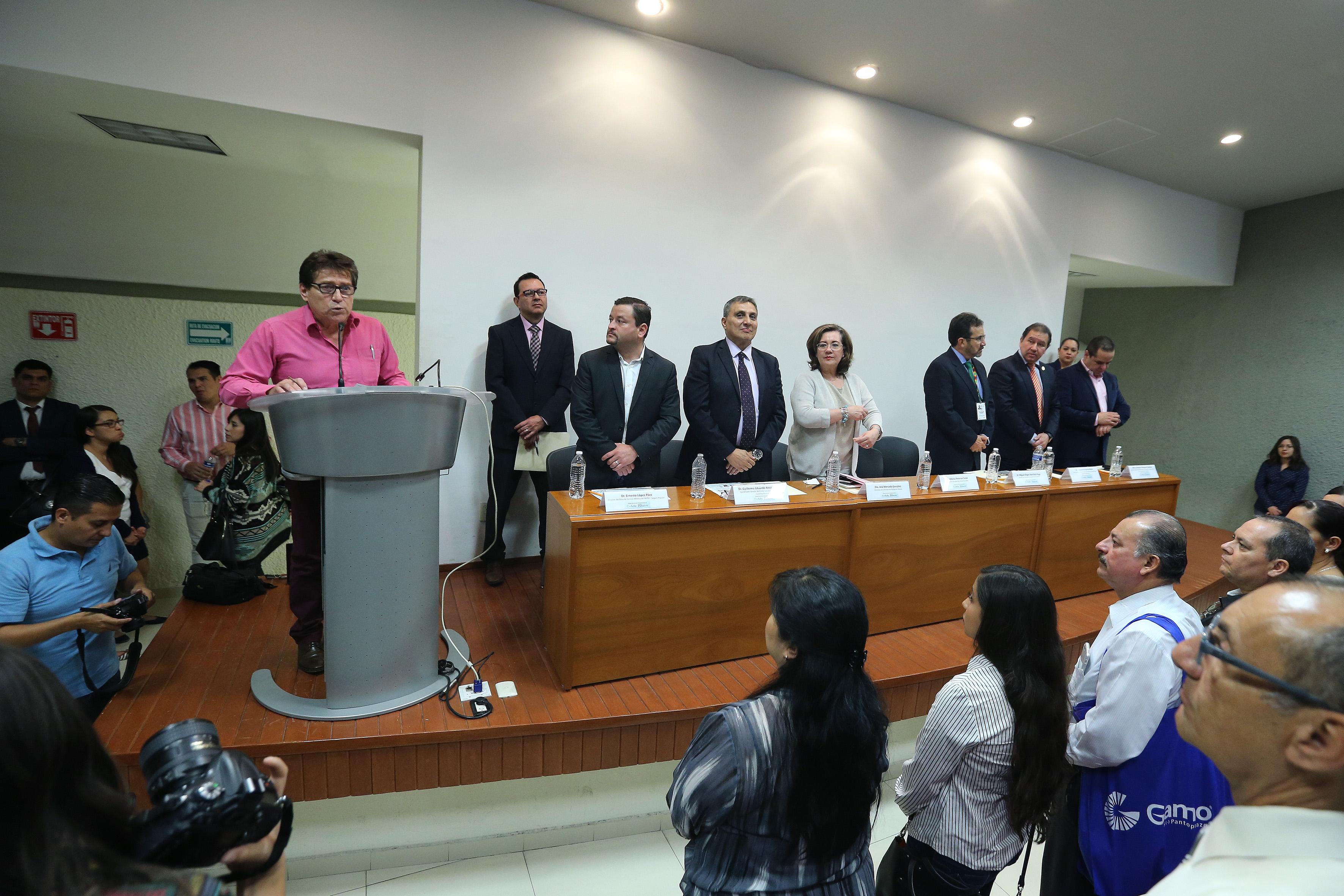 Dr. Armando Pimentel haciendo uso de la voz en podium