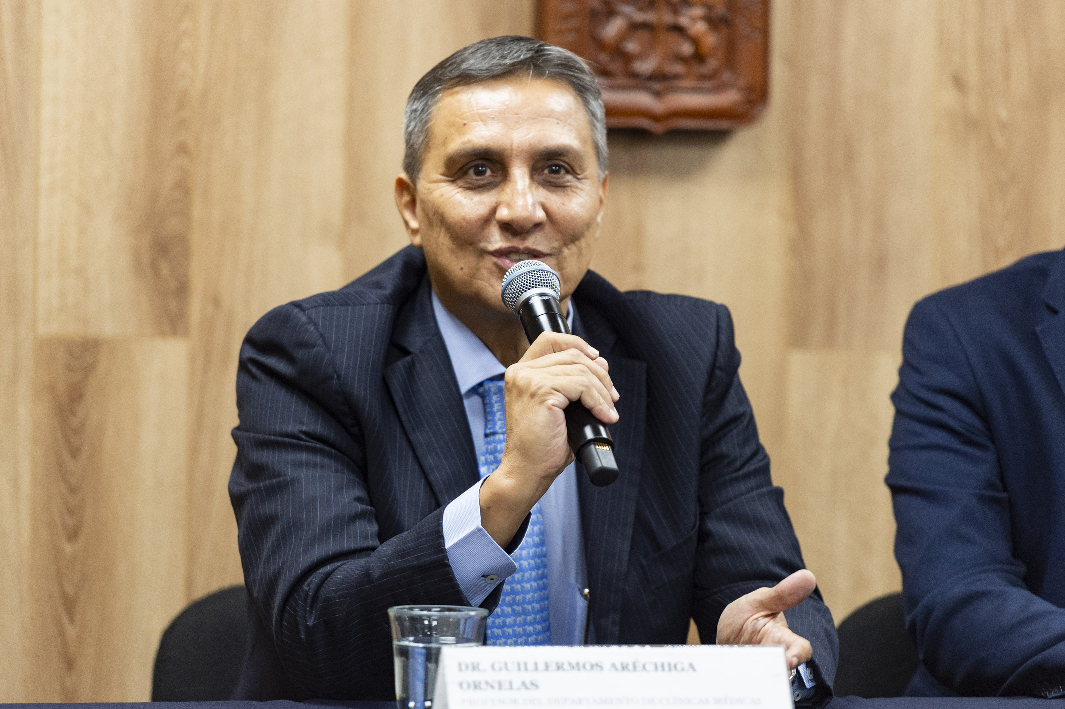 Dr. Guillermo Aréchiga al micrófono