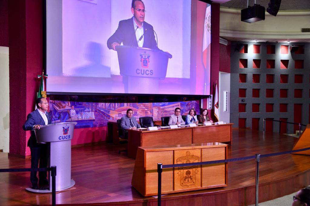 Director División Disciplinas Clínicas dando mensaje desde el pódium