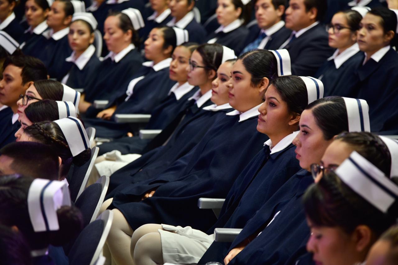 Graduadas uniformadas durante el acto académico