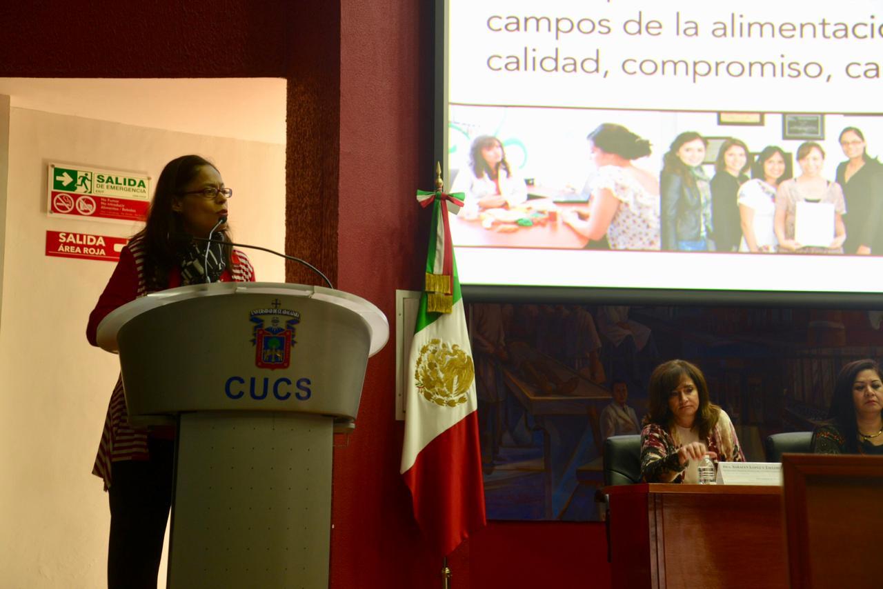 Mtra Martha Betzaida Altamirando explicando la licenciatura en nutrición
