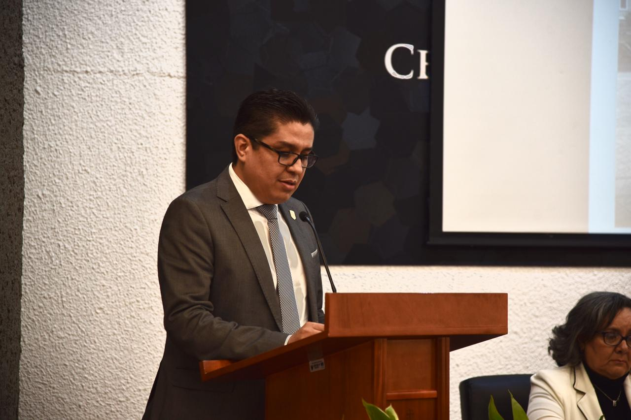 Rector del CUCS ofreciendo mensaje a graduados