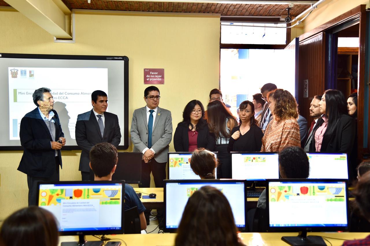 Comitiva de funcionarios explicando el proyecto en una aula de la Prepa 11