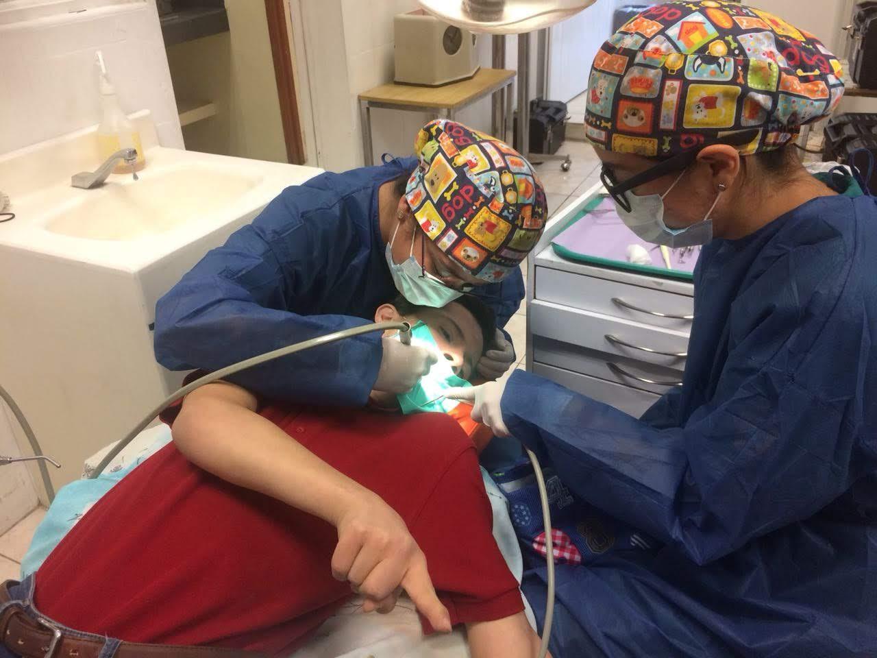 Odontopediatras atendiendo a un niño en CUCS
