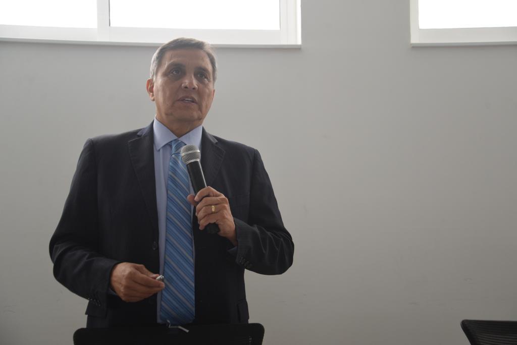 Dr. Guillermo Aréchiga ofreciendo conferencia magistral
