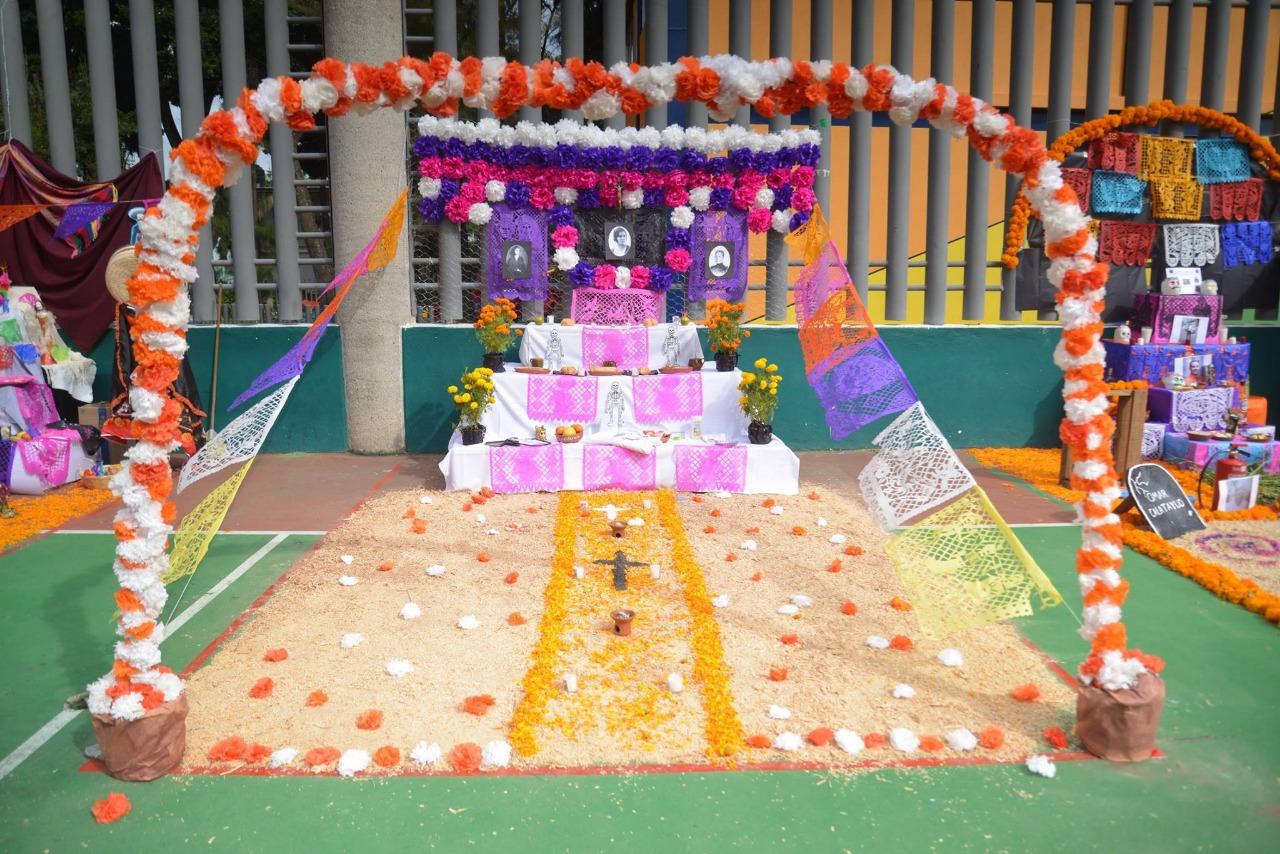 Altar de alumnos en la cancha