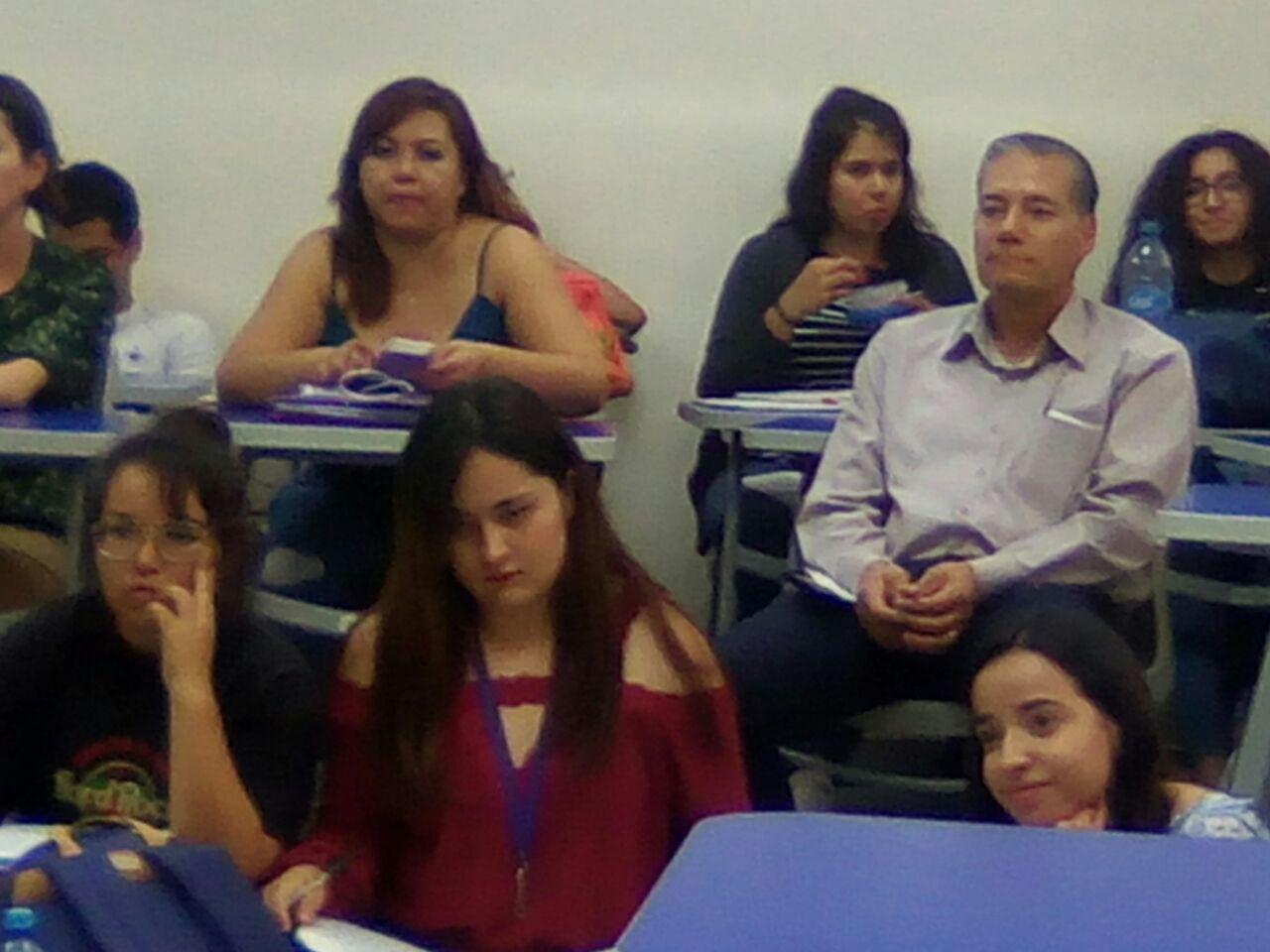 alumnos y maestros durante el conversatorio