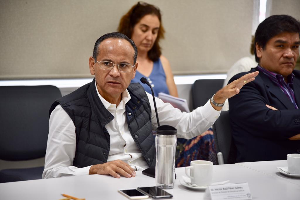 Dr. Héctor Raúl Pérez haciendo uso de la voz