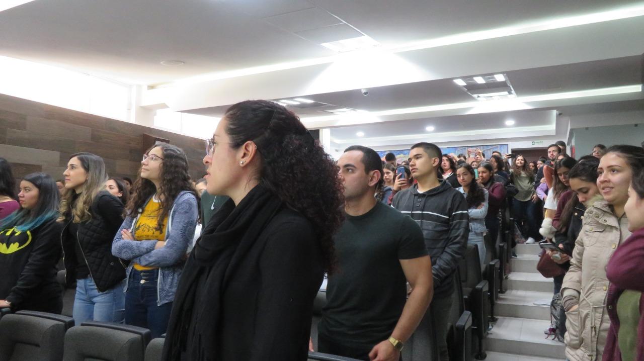 Público asistente de pie durante la inauguración del evento
