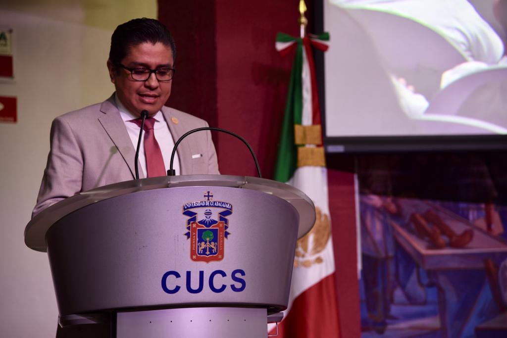 Rector CUCS ofreciendo mensaje en pódium