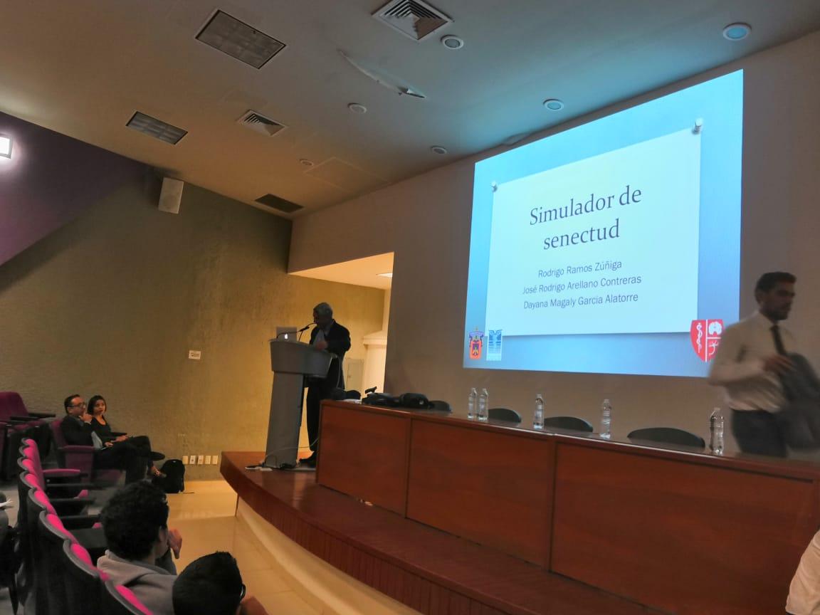 Conferencista en podium y diapositiva 2