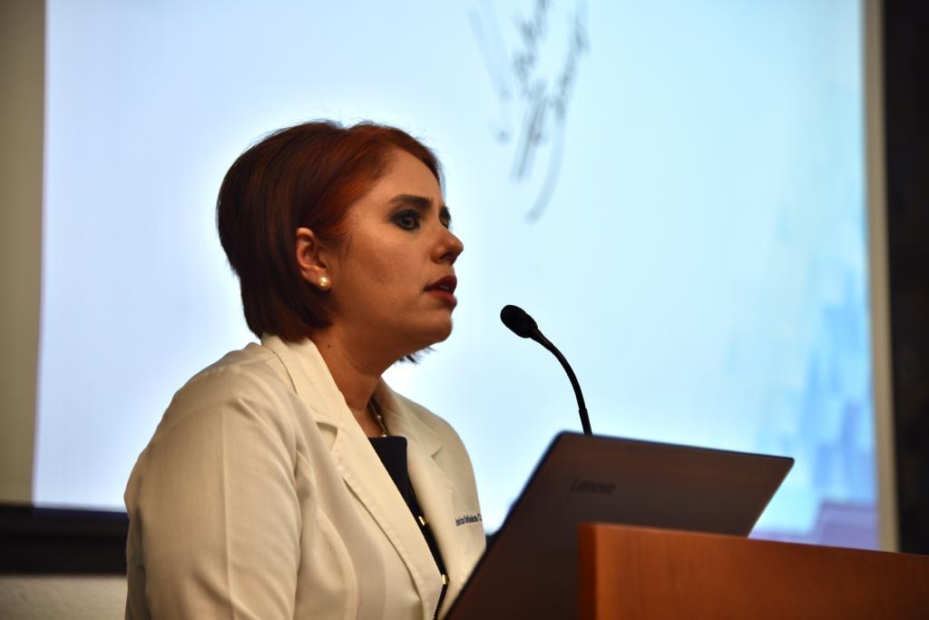 Conferencista dictando conferencia desde el pódium