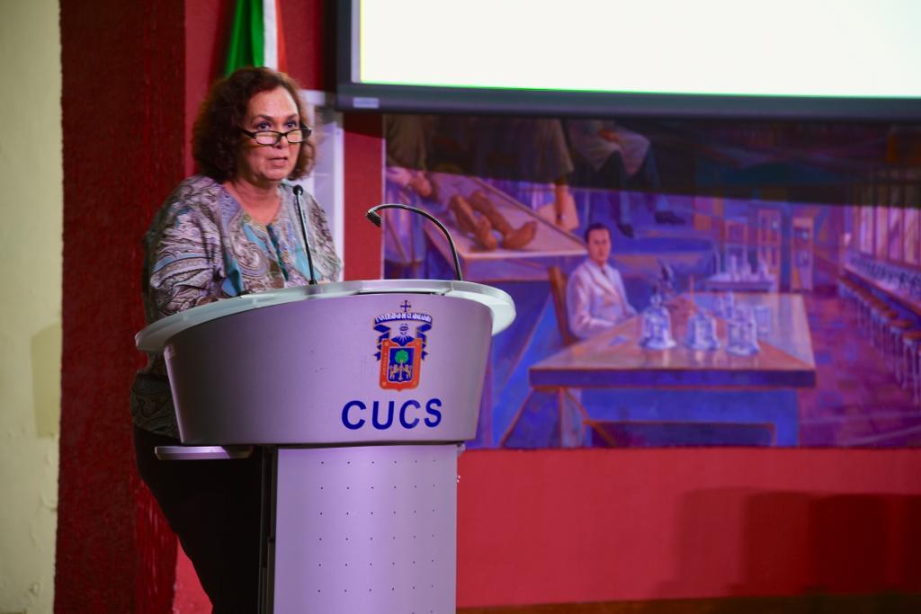 Mtra. Fabiola de Santos ofreciendo mensaje desde el pódium