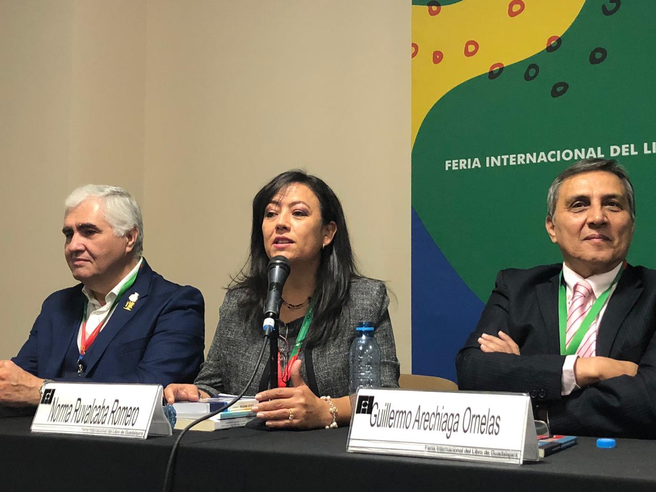 Dra Norma Ruvalcaba al micrófono en el presídium