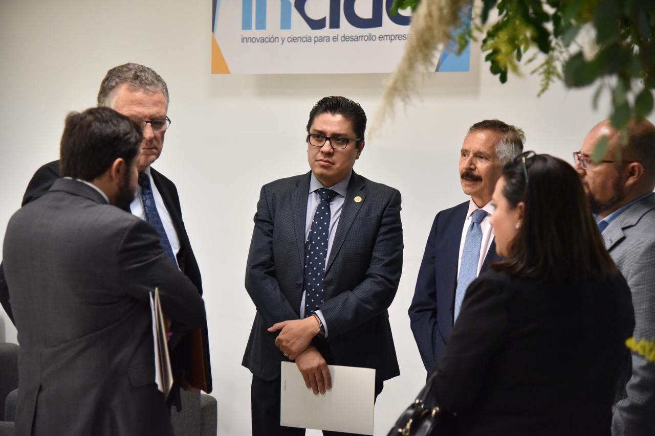 Rector CUCS en plática informal con funcionarios e investigadores previo a la inauguración del evento