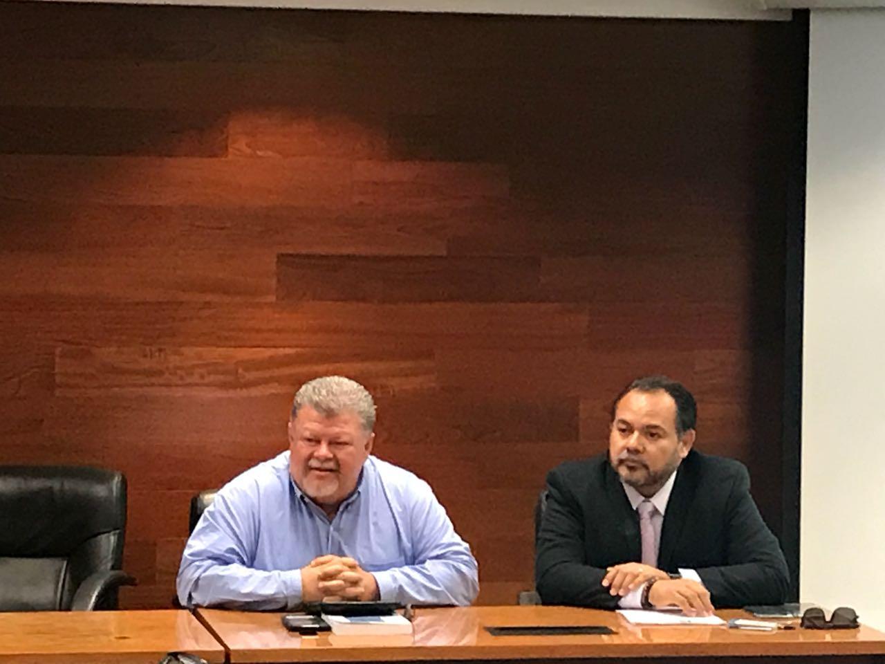 Dr. García y Dr. Navarro escuchando preguntas del auditorio