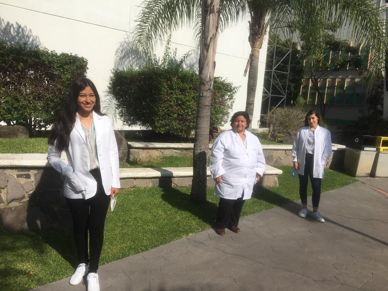 Grupo de ganadoras del Premio Codigo Ciencia 2020 a un costado del Edificio Q
