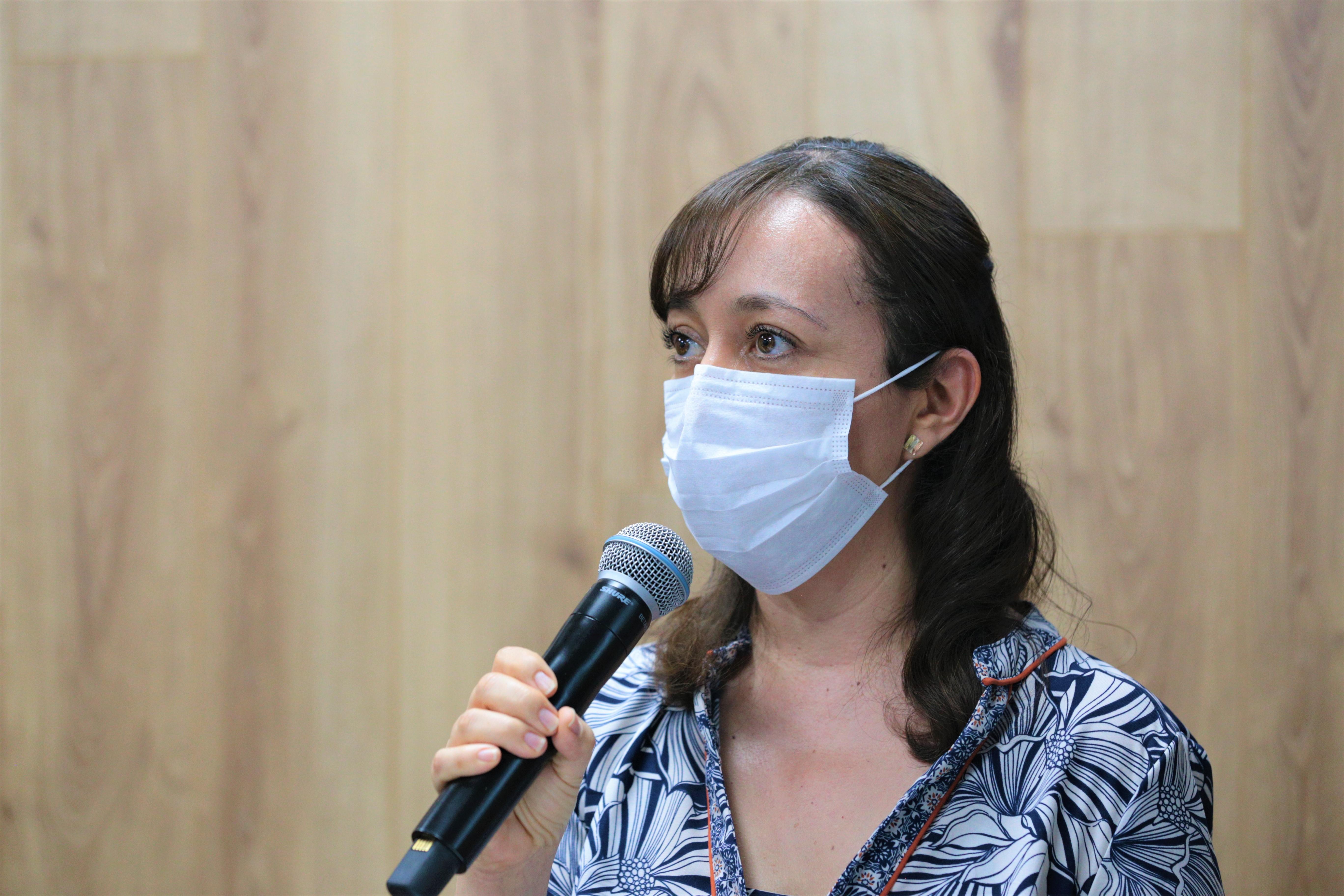 Jefa Salud Pública CUCS al micrófono