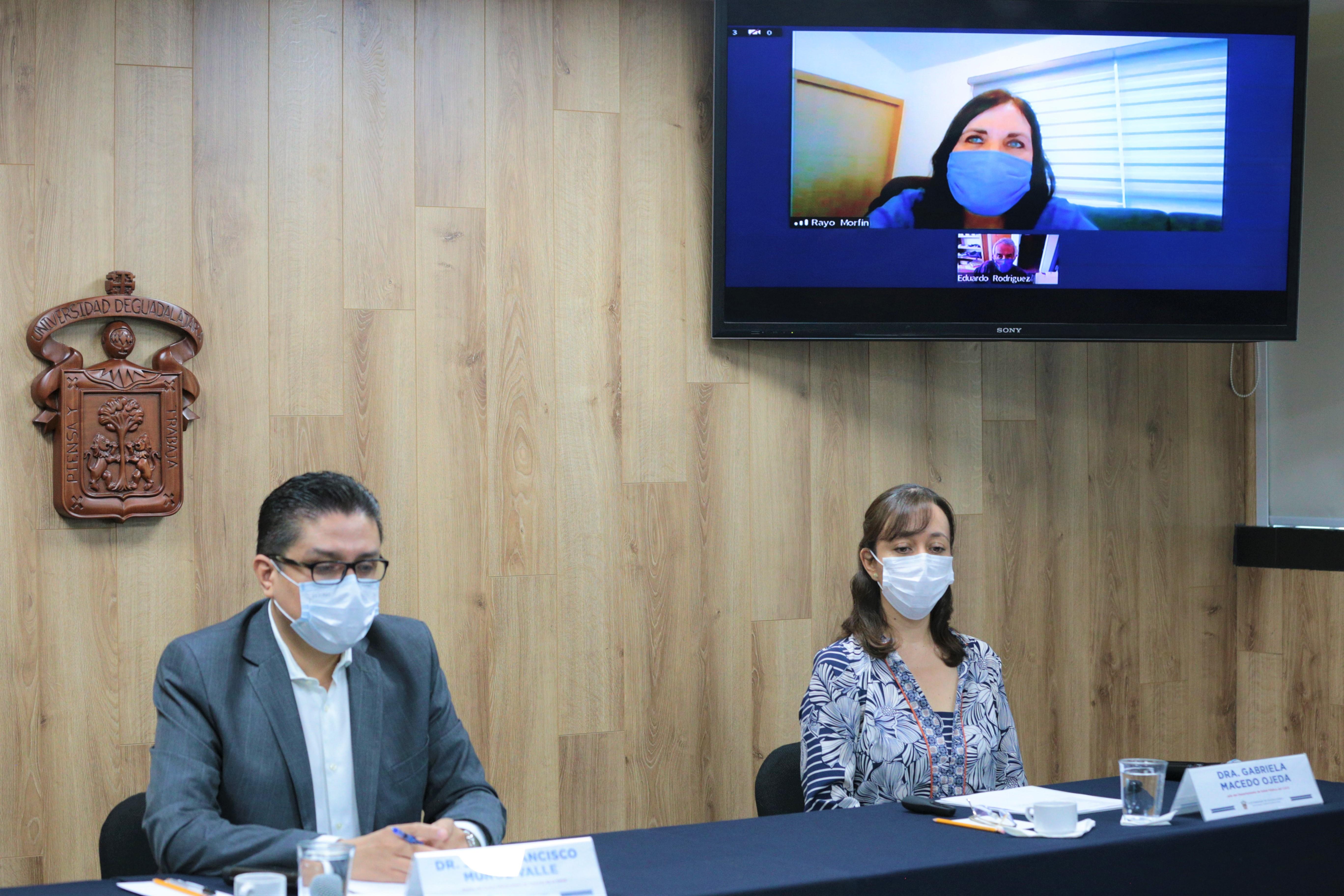 Miembros del presídium y en la pantalla la Dra. Rayo Morfín