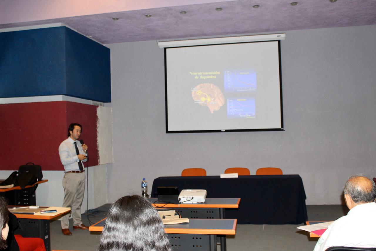 Paidopsiquiatra del IMSS exponiendo una diapositiva durante su conferencia