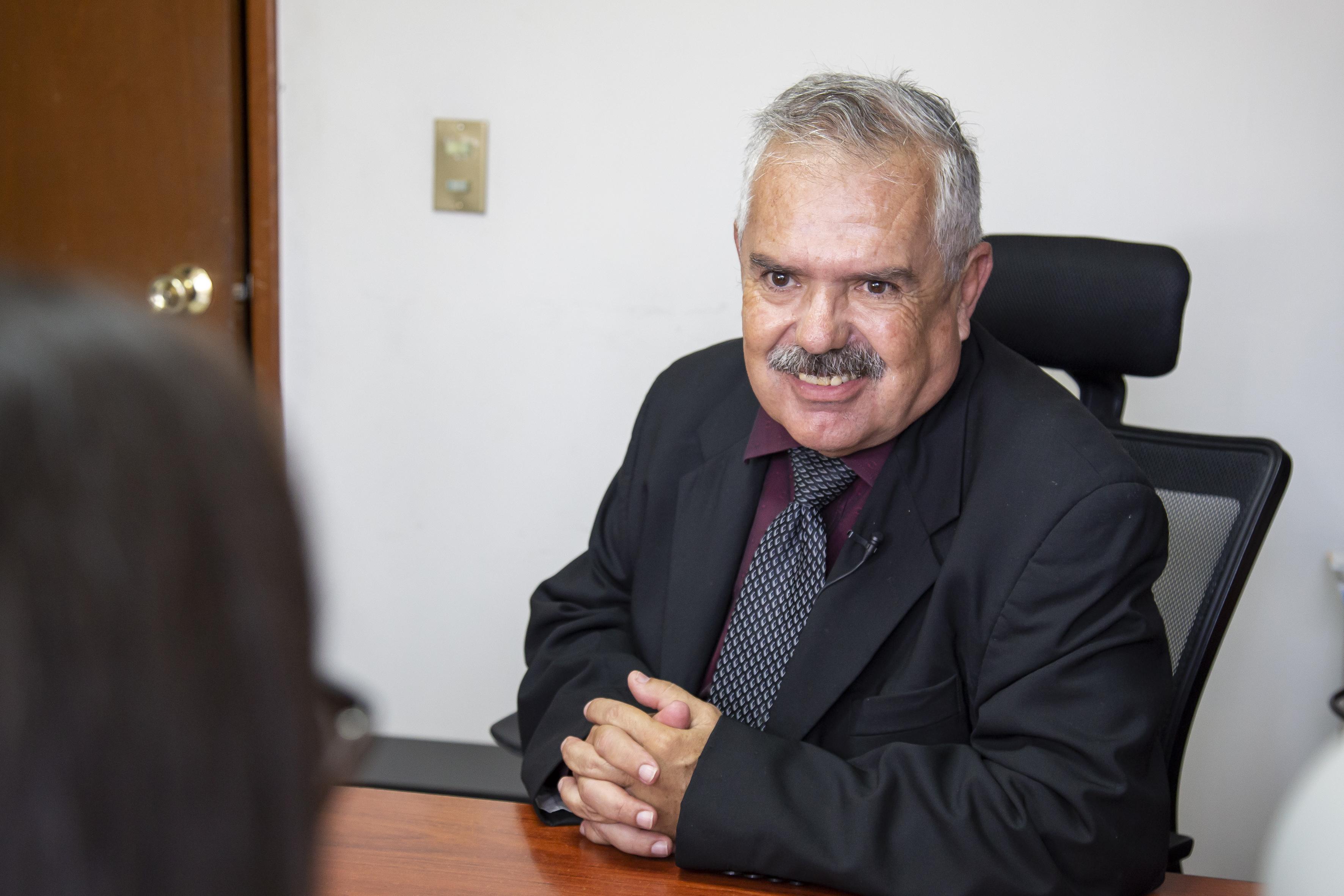Dr. Dueñas sonriendo durante la entrevista
