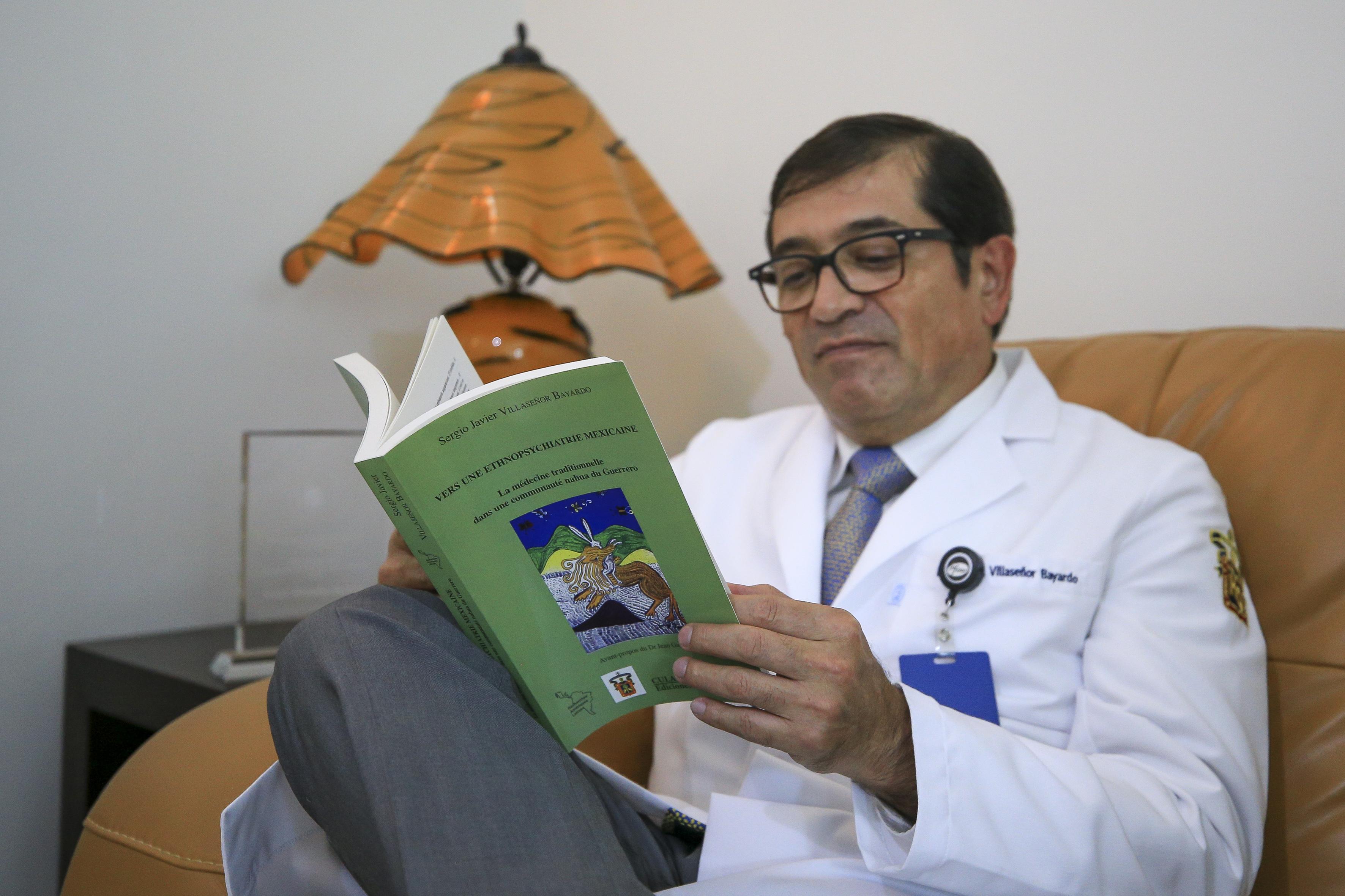 Dr. leyendo su libro