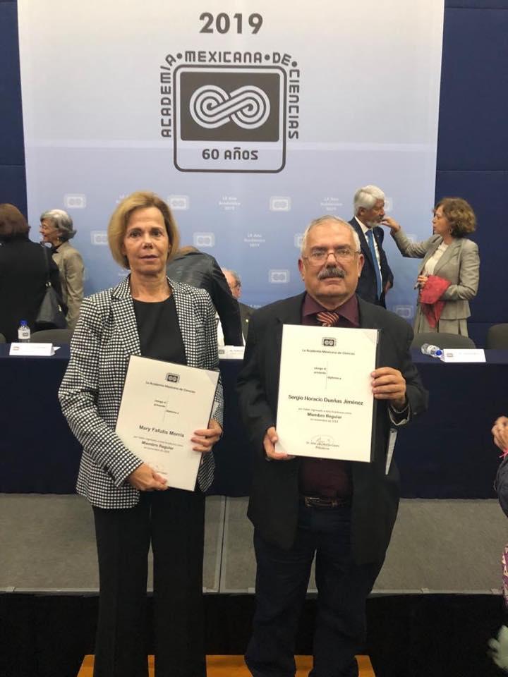 Dra. Fafutis y Dr. Dueñas exhibiendo su reconocimiento