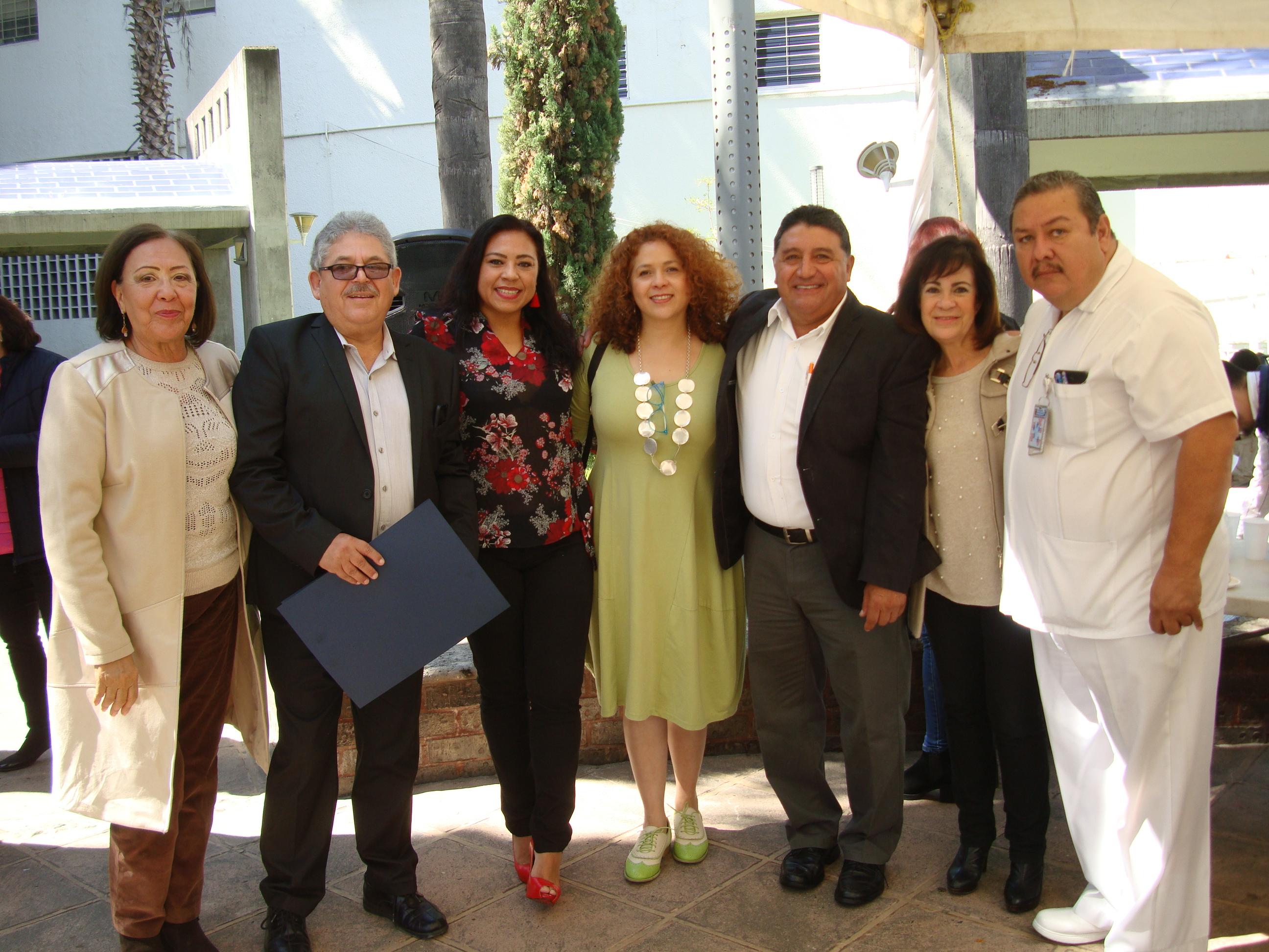Foto grupal entre profesores reconocidos y representantes sindicales